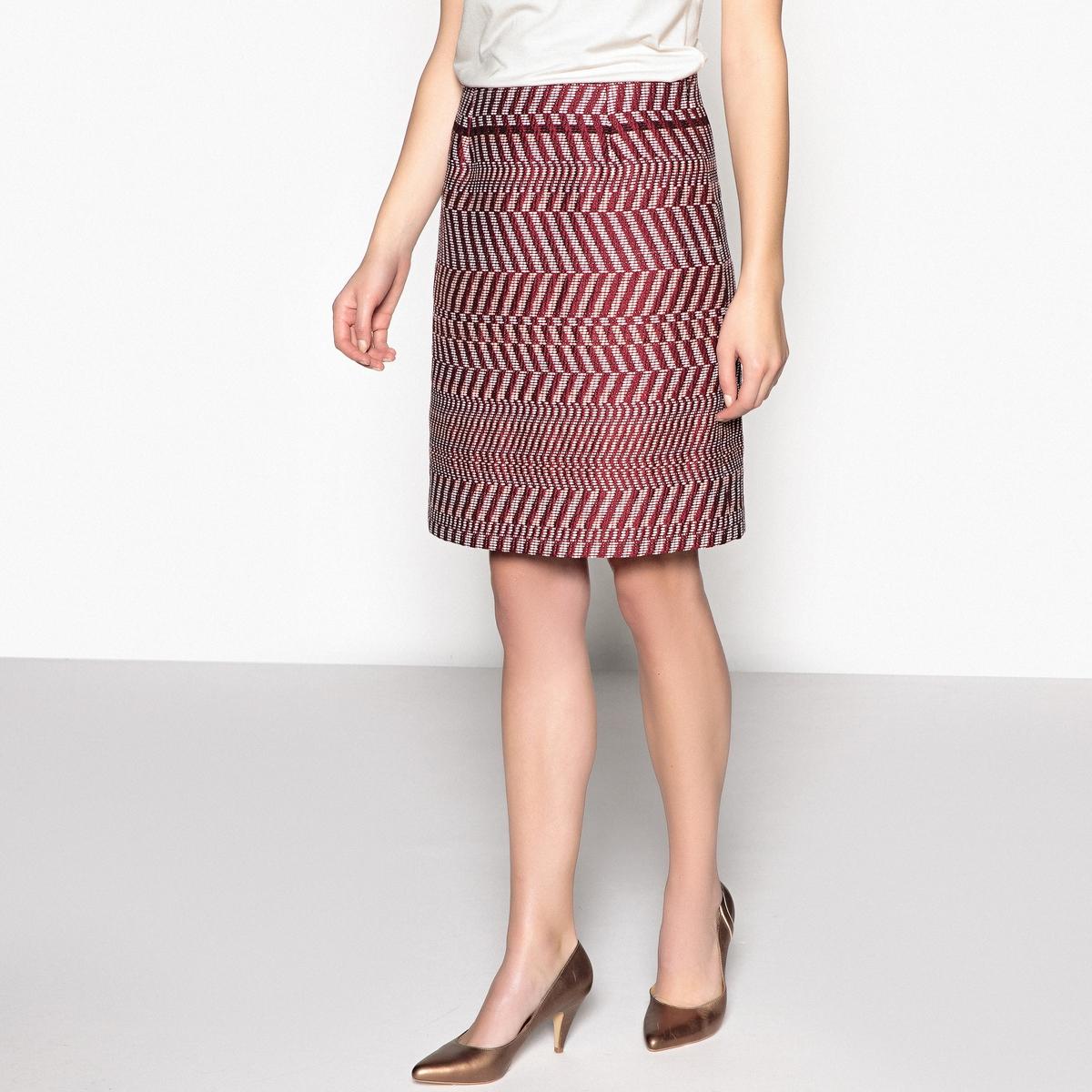 Юбка-трапеция из жаккардовой тканиОписание:Короткая юбка из красивой жаккардовой ткани, слегка в форме трапеции. Обязательный предмет вашего гардероба.Детали •  Форма : расклешенная •  Укороченная модель  •  Жаккардовый рисунокСостав и уход •  77% хлопка, 23% полиэстера •  Подкладка : 100% полиэстер •  Температура стирки 30° на деликатном режиме   •  Сухая чистка и отбеливатели запрещены •  Не использовать барабанную сушку •  Низкая температура глажки •  Юбка с застежкой на скрытую молнию и пуговицу с петлей сбоку •  Длина  : 50 см<br><br>Цвет: Жаккардовый бордовый<br>Размер: 38 (FR) - 44 (RUS).52 (FR) - 58 (RUS).50 (FR) - 56 (RUS).44 (FR) - 50 (RUS).42 (FR) - 48 (RUS).40 (FR) - 46 (RUS)