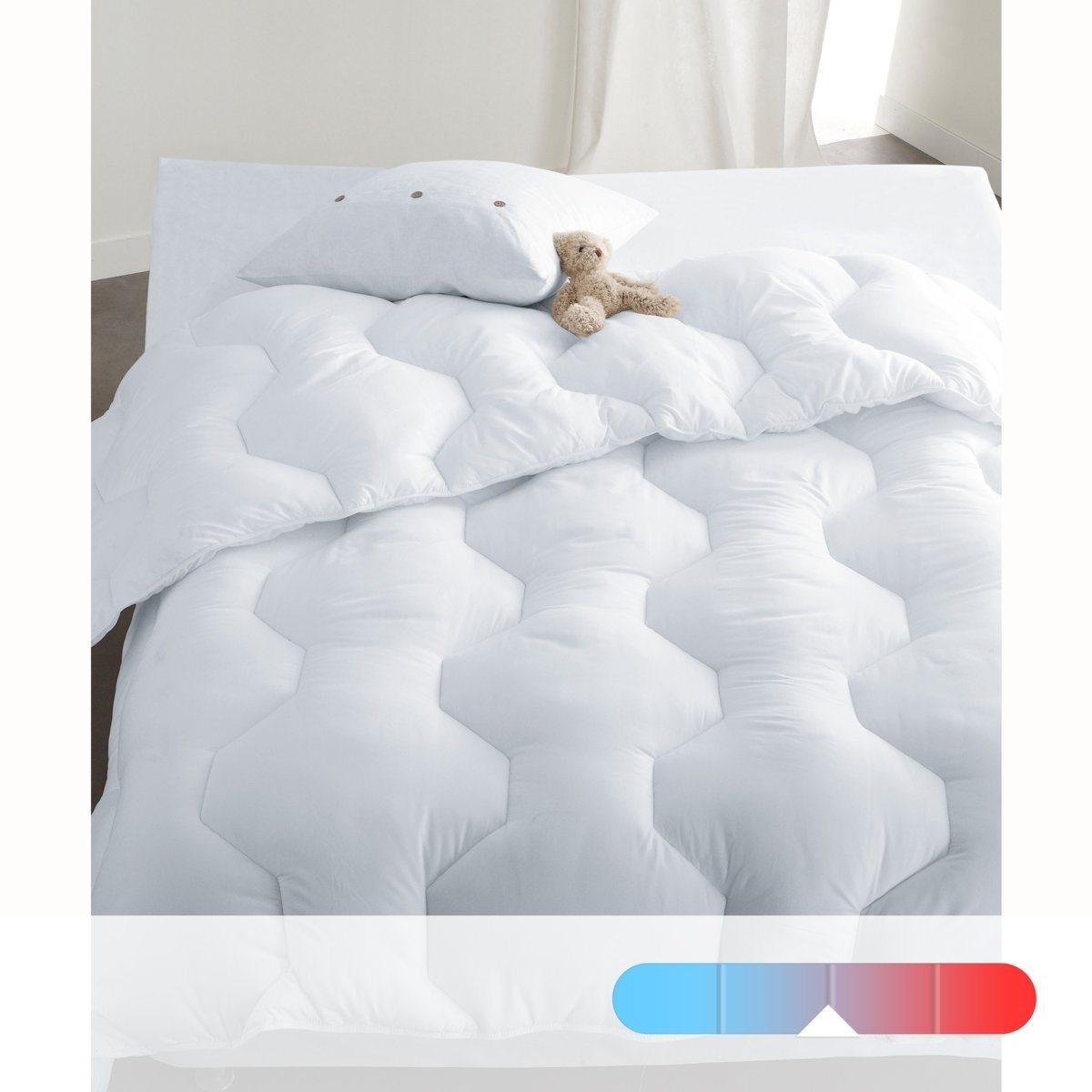 Комплект из двуспального одеяла из микрофибры 400 г/м? и 2 подушек с обработкой MicrostopОчень мягкие одеяло из микрофибры и 2 подушки обеспечат безупречную гигиену и максимум комфорта. Верх с обработкой против клещей Microstop (помогает бороться с дыхательными аллергиями) для большего комфорта.Невероятно комфортный комплект    !Описание синтетического одеяла:   :- Идеально для неотапливаемых комнат.  .- Плотность 400 г/м? тонких полых силиконовых нитей, легких и воздушных, 100% полиэстер: обеспечивают циркуляцию воздуха и не удерживают влагу   :  .- Верх из микрофибры, 100% полиэстер с обработкой против клещей Microstop.- Диагональная прострочка.  .- Отделка кантом.  . - Уход: Стирка при 60°С.Описание синтетических подушек :- Наполнитель из полых тонких силиконовых нитей, 450 г/м?. - .- Верх из микрофибры, 100% полиэстер с обработкой против клещей Microstop. - Размеры: 60 х 60 см.  - Уход: стирать при  60°.Изделие с биоцидной обработкойКомплект одеяло + 2 подушки из микрофибры поставляются в прозрачном силиконовом чехле.<br><br>Цвет: белый<br>Размер: 240 x 220  см