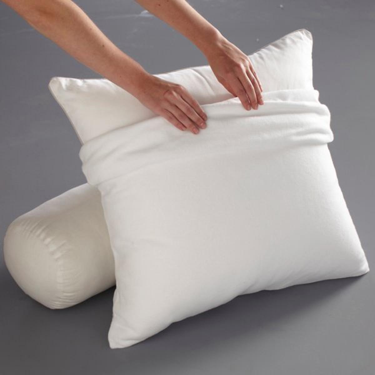 Чехол защитный для подушки, из стретч-мольтонаЗащитный чехол для подушки из стретч-мольтона (чесаного и стриженного) 80 % хлопка, 20 % полиэстера (220 гр/м?).Пропитка Proneem® против клещей, безвредная и экологически чистая, на растительной основе (лимон, лаванда и эвкалипт).Биоцидная обработка  Машинная стирка при 60 °С.Размеры :50 x 70 см63 x 63 смКачество BEST.<br><br>Цвет: белый<br>Размер: 63 x 63  см