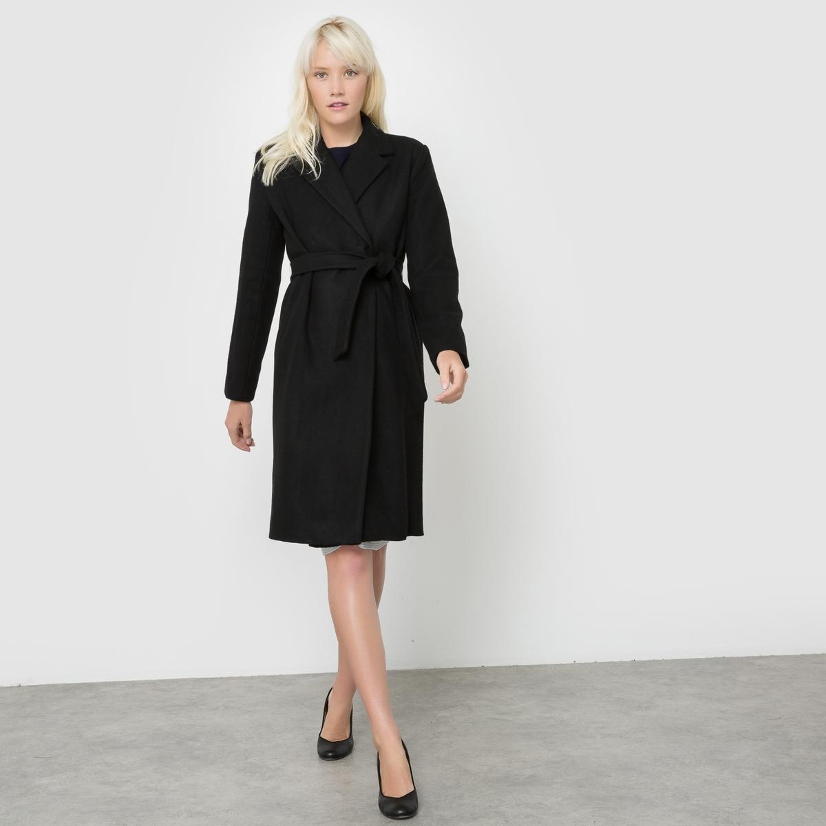 Пальто удлиненное EUGENE с поясомУдлиненное пальто EUGENE от SUNCOO . Немного приталенное удлиненное пальто в стиле неоретро. Застежка на кнопки. Завязывается на талии. 2 кармана по бокам.Состав и описаниеМарка : SUNCOO.Материал :  60% шерсти, 40% полиэстераПодкладка : 100% полиэстерУходРучная стирка<br><br>Цвет: черный<br>Размер: M