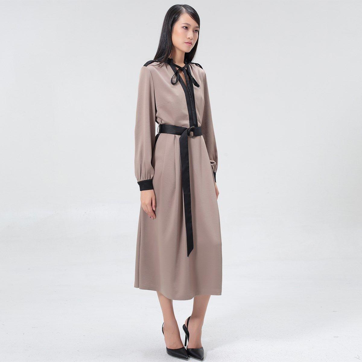 Robe-blouse cintrée à garniture satin et ceinture rajoutée
