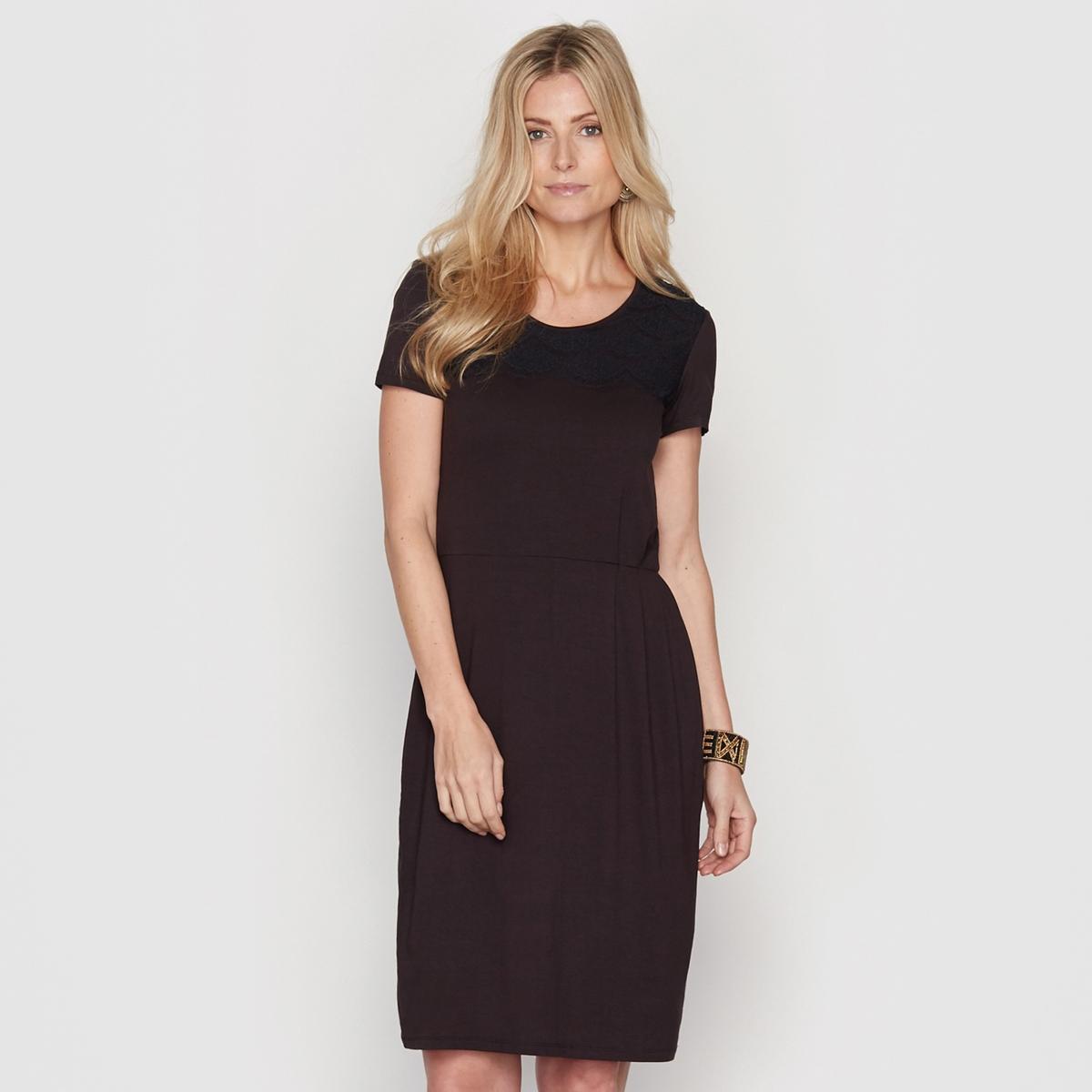 Платье с кружевными вставкамиПлатье. Изысканное, женственное и элегантное. Круглый вырез. Кружевная вставка спереди с фестонами.  Подкладка из полиэстера. Длина. 95 см. Трикотаж джерси, 95% вискозы, 5% эластана.<br><br>Цвет: черный<br>Размер: 50 (FR) - 56 (RUS)