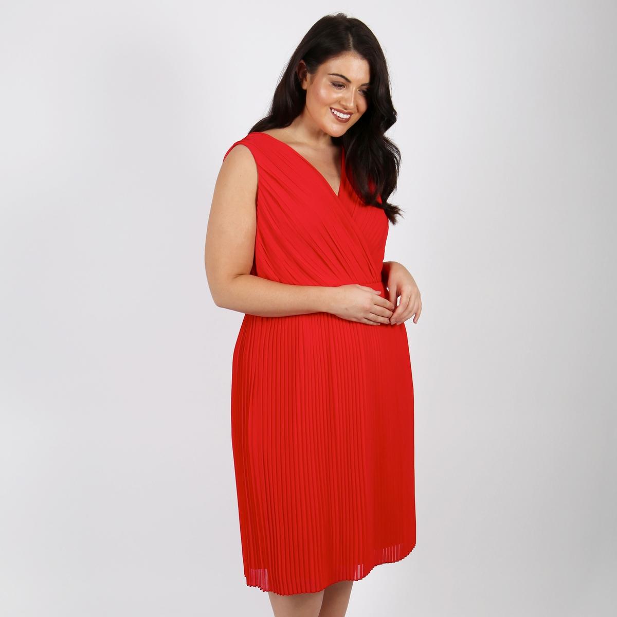 Платье роднотонное средней длины, расширяющееся книзу, без рукавов от LOVEDROBE