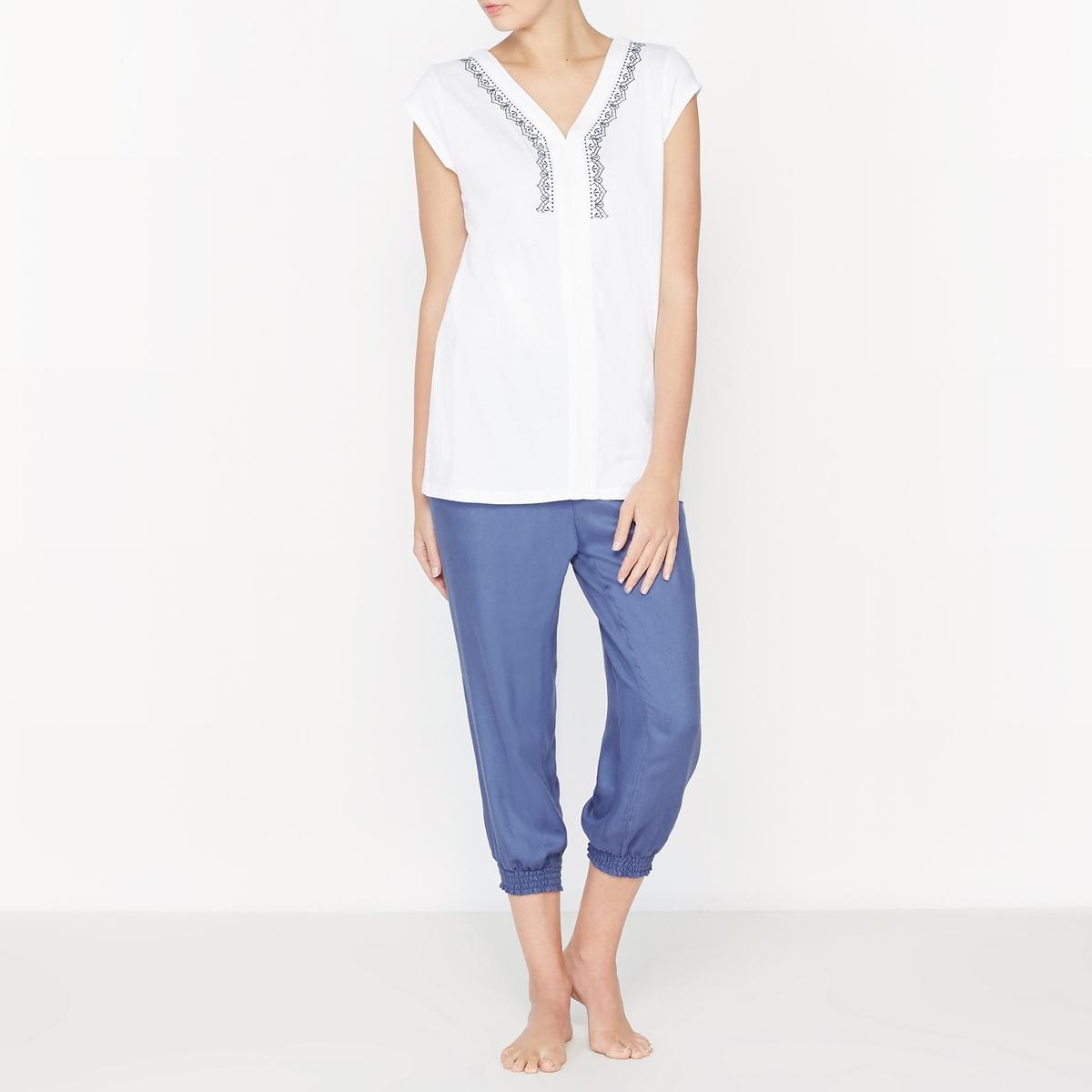 Пижама с брюками-шароварами, с вышивкойСостав и описаниеМатериалы : 100% вискозаВысота : 65 смДлина по внутреннему шву : 55 смМарка : Louise Marnay.УходМашинная стирка при 30 °C на деликатном режиме с вещами схожих цветов Машинная сушка не рекомендуетсяГладить при средней температуре с изнаночной стороны<br><br>Цвет: белый/ синий<br>Размер: 42 (FR) - 48 (RUS)