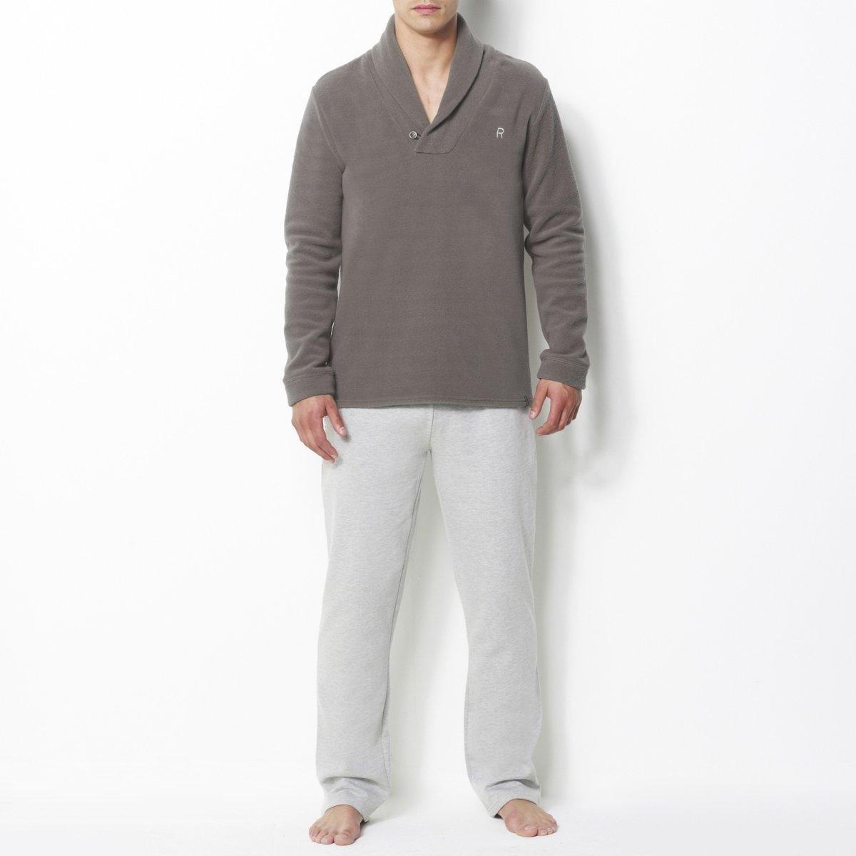 ПижамаШалевый воротник. Верх из флиса. Вышивка на груди. Брюки из мольтона, изнанка с начесом. Эластичный пояс. 2 кармана по бокам. 75% хлопка, 25% полиэстера.<br><br>Цвет: серый/серый меланж<br>Размер: L