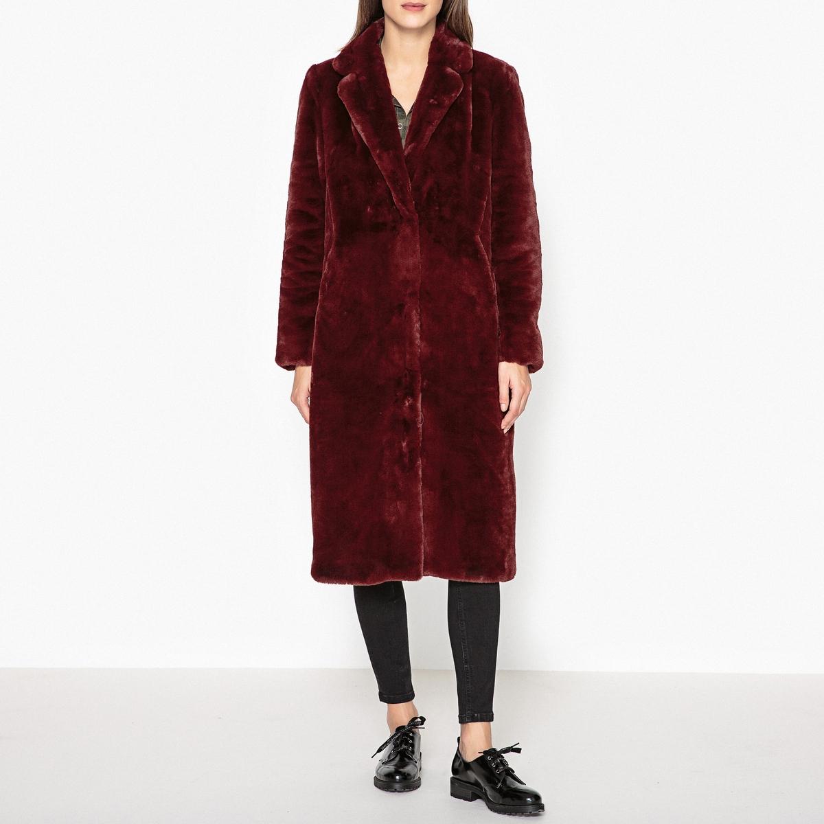 Пальто с меховым эффектом AVAДлинное пальто OAKWOOD - модель AVA из ткани с меховым эффектом.Детали •  Длина : удлиненная модель •  Шалевый воротник •  Застежка на кнопкиСостав и уход •  100% акрил •  Следуйте советам по уходу, указанным на этикетке •  Карман с каждой стороны •  Внутренние карманы на молниях с 2 сторон<br><br>Цвет: бордовый