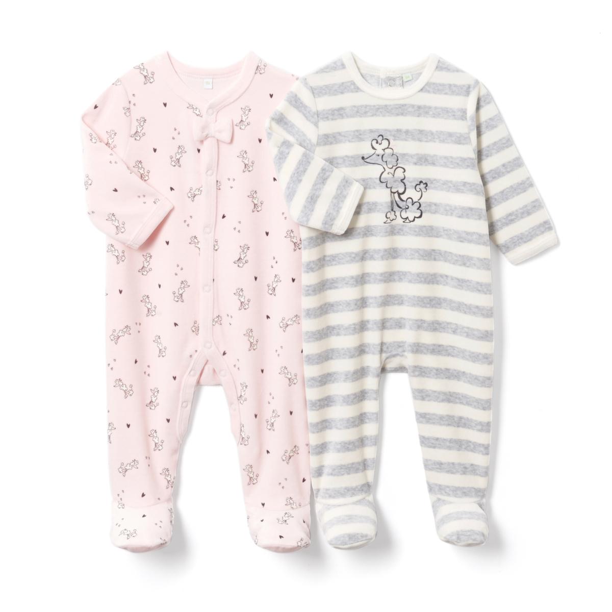 2 пижамы из велюра с рисунком пудель, 0 мес. -3 годаПижама из велюра. В комплекте 2 пижамы: 1 пижама в полоску с рисунком пудель спереди и застежкой и клапаном на кнопках сзади + 1 пижама с рисунком пудель с застежкой спереди и по внутр.шву на кнопки. Носочки с покрытием против скольжения от 12 мес. (74 см), эластичные сзади для лучшей поддержки. Верх пижамы без этикетки, чтобы не вызывать раздражение или зуд на коже ребенка.Товарный знак Oeko-Tex® . Знак Oeko-Tex® гарантирует, что товары прошли проверку и были изготовлены без применения вредных для здоровья человека веществ.Состав и описание :     Материал: велюр, 75% хлопка, 25% полиэстера.    Уход : Машинная стирка при 30 °C на умеренном режиме с вещами схожих цветов. Стирать, сушить и гладить с изнаночной стороны. Машинная сушка на умеренном режиме. Гладить при низкой температуре.    * Международный знак Oeko-tex гарантирует отсутствие вредных или раздражающих кожу веществ.<br><br>Цвет: розовый + в полоску серый/белый<br>Размер: 6 мес. - 67 см.18 мес. - 81 см