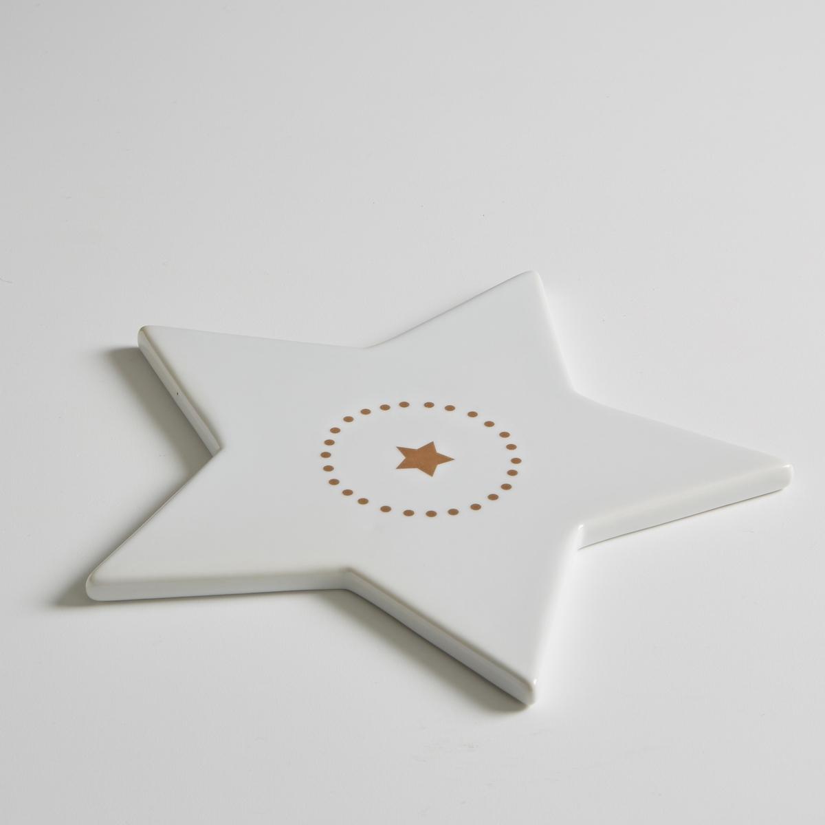Подставка для блюда в форме звезды из фарфора, KublerПодставка для блюда в форме звезды из фарфора Kubler . Благородный фарфор в сочетании с оригинальными рисунками создают невероятно модный столовый аксессуар . Рисунок в виде звезды по центру с принтом в горошек вокруг  . Характеристики подставки для блюда в форме звезды из фарфораKubler :- Подставка для блюда из фарфора в форме звезды  - Размеры : 22 x 22 см- Высота : 1 см.- Использование в посудомоечной машине и микроволновой печи запрещеноНайдите комплект посуды из фарфора Kubler на нашем сайте laredoure.ru.<br><br>Цвет: белый<br>Размер: единый размер