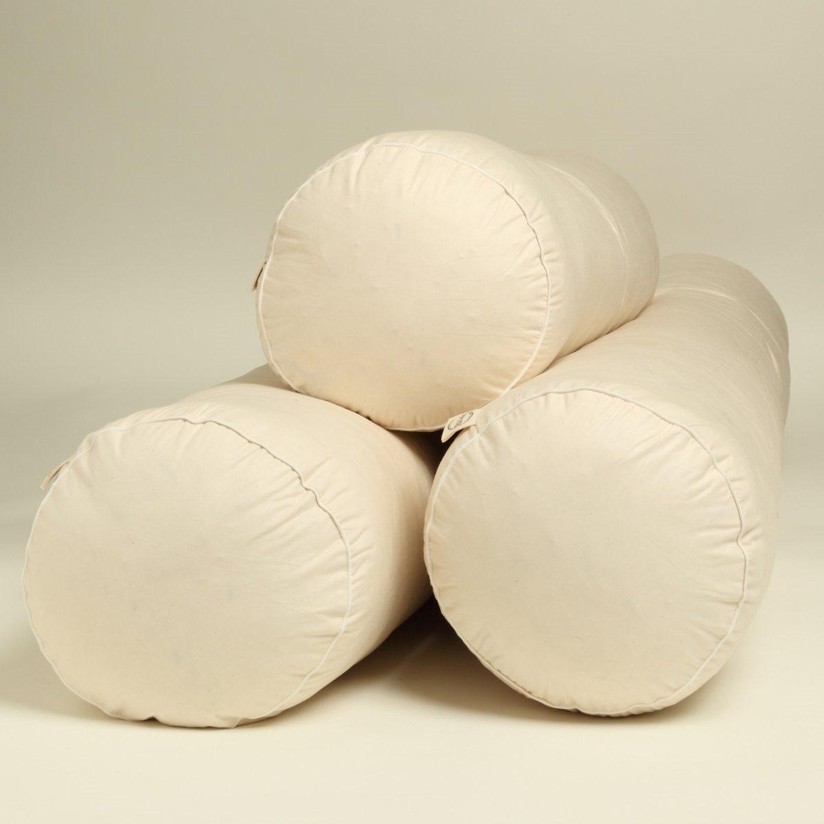 Валик MILLE OREILLERSВалик . Природа на службе нашего благополучия !  Созданный из биохлопка валик производится на севере Франции . Комфорт : - Валик с очень качественной набивкой, обладает прекрасной поддержкой и мягкостью, не проминается  . - можно использовать отдельно или под подушкой   . Наполнитель :   - 85% гусиного пера, 15% белого гусиного пуха, стиранного и стерилизованного паром, без химической обработки, при этом используется только лучшее белое перо европейских гусей    . Чехол :  - Перкаль 100% биохлопка  . - Застёжка на молнию. - Машинная стирка при 30°C    .Размер :- Диаметр 23 см .<br><br>Цвет: экрю<br>Размер: 90 см