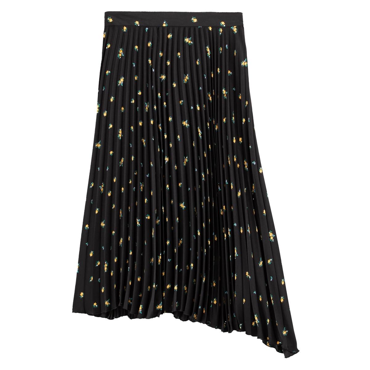 Falda plisada y larga en asimetría, con estampado