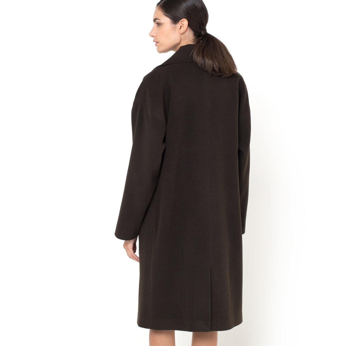Пальто большого размераПальто большого размера. 80% шерсти, 20% полиэстера. На подкладке из 100% полиэстера. Застежка на пуговицы-кнопки спереди. Приспущенные плечевые швы. 2 кармана. Длина 106 см.<br><br>Цвет: каштановый<br>Размер: 36 (FR) - 42 (RUS)