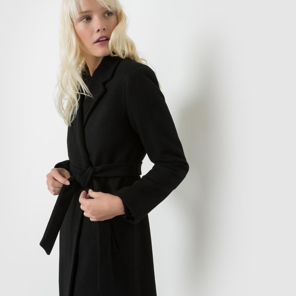 Пальто удлиненное EUGENE с поясомУдлиненное пальто EUGENE от SUNCOO . Немного приталенное удлиненное пальто в стиле неоретро. Застежка на кнопки. Завязывается на талии. 2 кармана по бокам. Состав и описаниеМарка : SUNCOO.Материал :  60% шерсти, 40% полиэстераПодкладка : 100% полиэстерУходРучная стирка<br><br>Цвет: черный