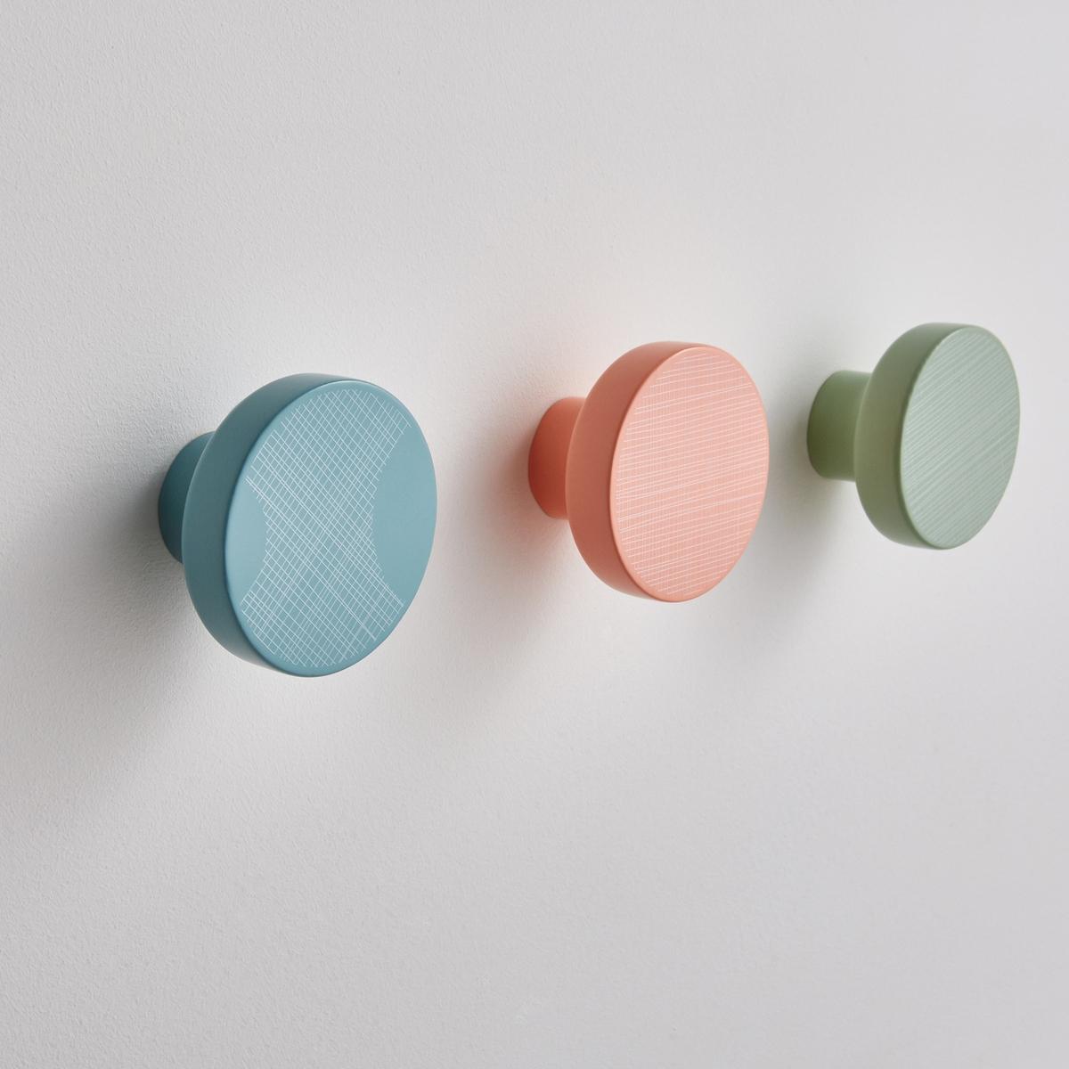 Комплект из 3 крючков EclipseКомплект из 3 настенных крючков Eclipse от LZC : практичная декоративная отделка стен! Ателье LZC представляет собой дизайн-студию, основанную в 1998 году. Их стиль, вдохновленный природой и путешествиями,а также поэзией, следует тенденциям, сочетая в себе геометрические мотивы, тонкие линии и легкий налет ретро.. Сегодня  Ванесса Ламберт и Барбара Цорн  представляют  Вашему вниманию коллекцию Eclipse для  LA REDOUTE.Характеристики крючков Eclipse:- Сосна с отделкой полиуретановым лаком.- Настенное крепление.- Комплект из 3 крючков: розовый, светло-зеленый, голубой.- ?8 см x Г5 см.<br><br>Цвет: разноцветный