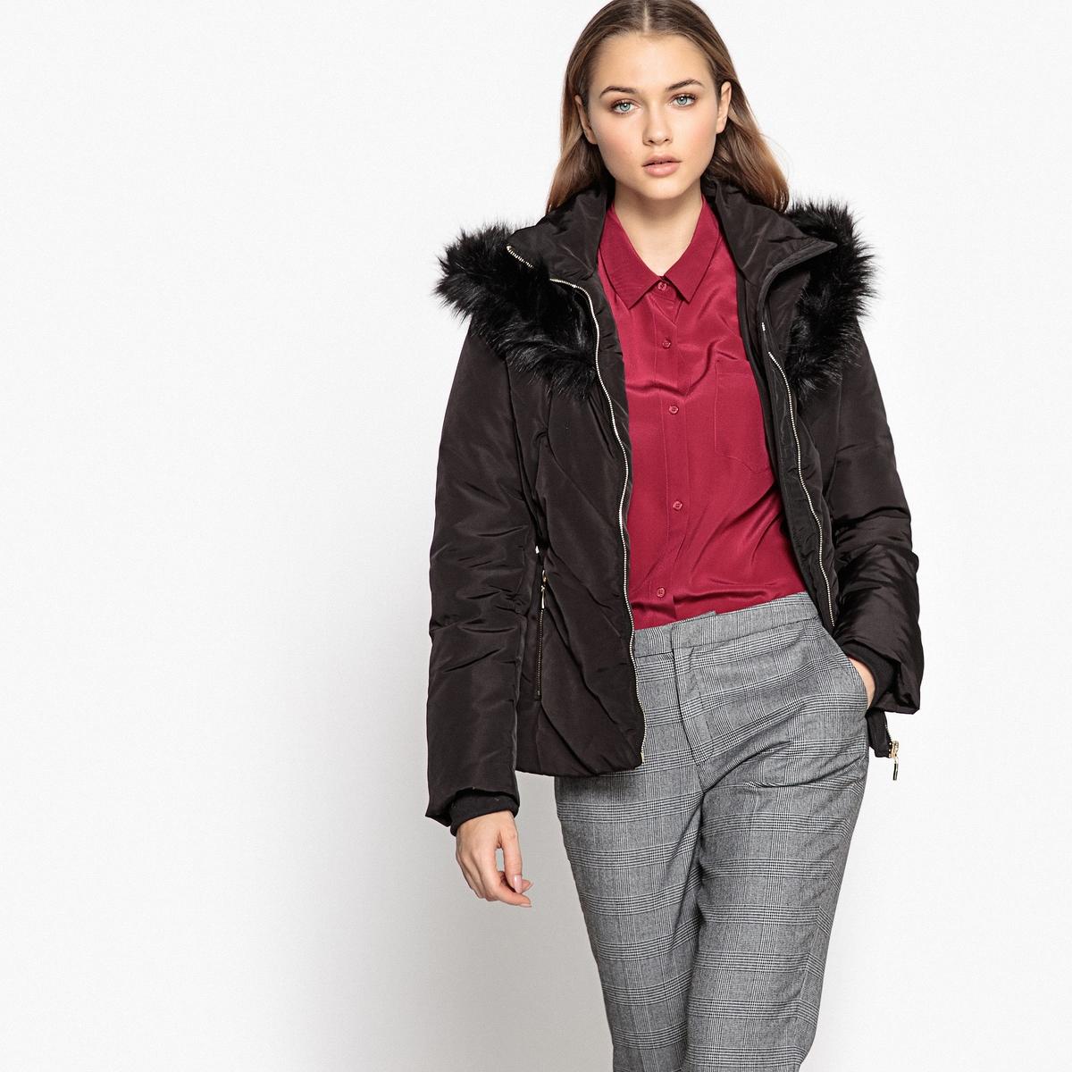 Куртка стеганая с капюшономБлагодаря этой стеганой куртке с капюшоном вы будете в тепле этой зимой . Стильная, женственная и современная, в этой куртке есть все, чтобы вам понравиться . Детали •  Длина  : укороченная   •  Капюшон •  Застежка на молнию •  С капюшономСостав и уход •  100% полиэстер •  Подкладка : 100% полиэстер •  Наполнитель : 70% пуха, 30% пера •  Следуйте советам по уходу, указанным на этикетке •  Длина  : 65 см<br><br>Цвет: коричневый,черный<br>Размер: 44 (FR) - 50 (RUS).42 (FR) - 48 (RUS).46 (FR) - 52 (RUS)