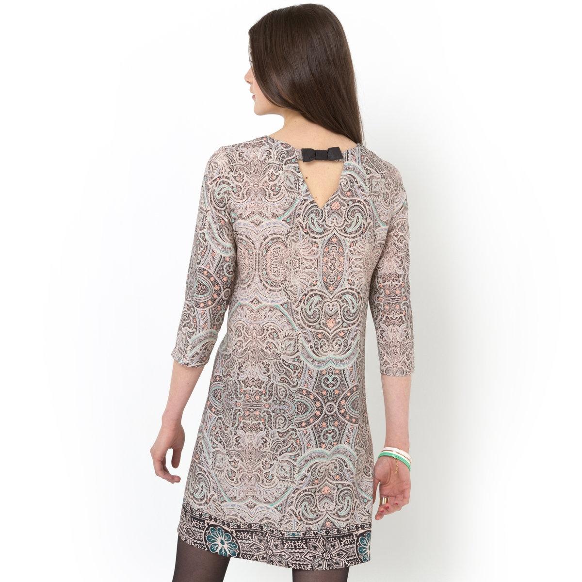 Платье прямого покроя с платочным рисункомПлатье прямое из 100% вискозы. Закругленный вырез. Бантик из искусственной кожи на спинке. Рукава 3/4. Длина 92 см.<br><br>Цвет: рисунок пейсли<br>Размер: 38 (FR) - 44 (RUS)