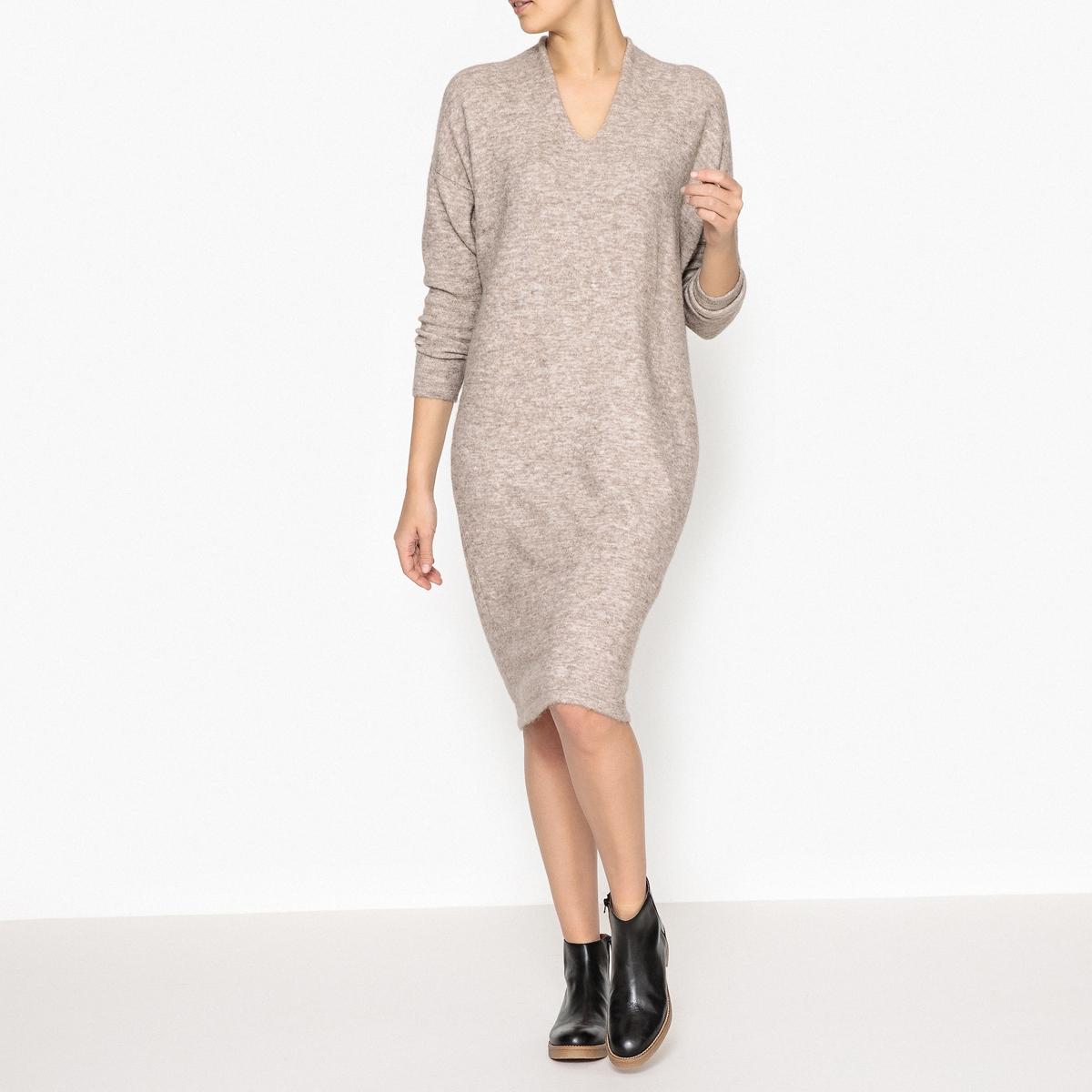 Платье-пуловер PEARL DRESSПлатье-пуловер MES DEMOISELLES - модель PEARL DRESS с V-образным вырезом, из тонкого трикотажа из шерсти и мохера меланж.Детали •  Форма : прямая •  Длина ниже колен •  Длинные рукава     •   V-образный вырезСостав и уход •  6% шерсти, 8% эластана, 42% мохера, 44% полиамида •  Следуйте советам по уходу, указанным на этикетке<br><br>Цвет: бежевый меланж,темно-синий