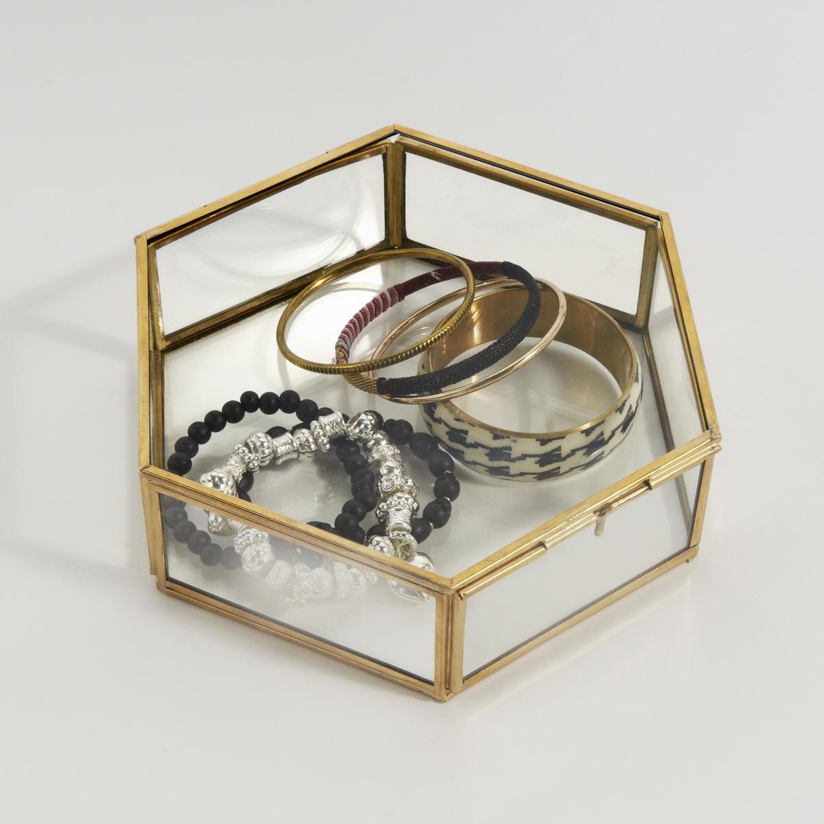 Коробка шестиугольная из стекла и латуни UyovaКоробка из стекла и латуни Uyova, очаровательный предмет декора. Характеристики коробки из стекла и латуни Uyova :Каркас из металла с отделкой из латуниГрани из стекла. Коробка с крышкойВсю коллекцию Uyova вы можете найти на сайте laredoute.ruРазмеры коробки из стекла и латуни Uyova :В.6 x Ш.20 x Г.18 см<br><br>Цвет: латунь