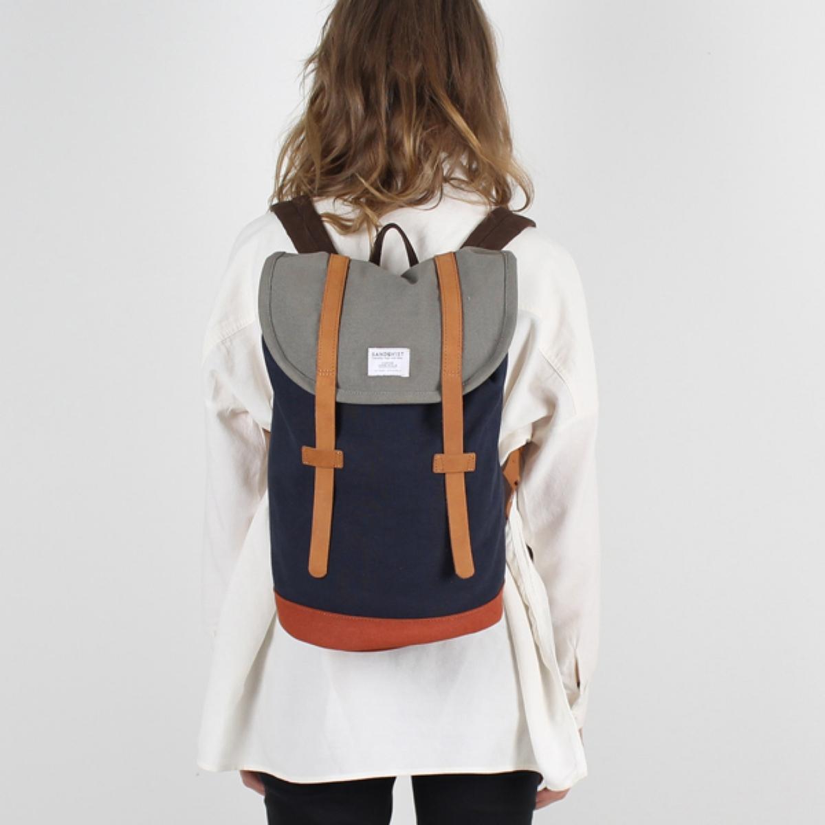 Рюкзак специально для ноутбука 13 дюймов, STIGОписание:Рюкзак из хлопковой ткани канва SANDQVIST - модель STIG с внутренним карманом для ноутбука, формат 13 дюймов. Рюкзак с маленькой ручкой, чтобы носить в руках, и 2 регулируемыми лямками, чтобы носить через плечо.Детали •  Кожаные ремешки на клапане •  Внутренний карман для ноутбука 13 дюймов •  Объем 14 л •  Размеры : 24 x 38 x 18 смСостав и уход •  100% хлопковая ткань канва •  Ручки 100% кожа  •  Подкладка 100% полиэстер •  Следуйте рекомендациям по уходу, указанной на этикетке изделия.<br><br>Цвет: синий морской