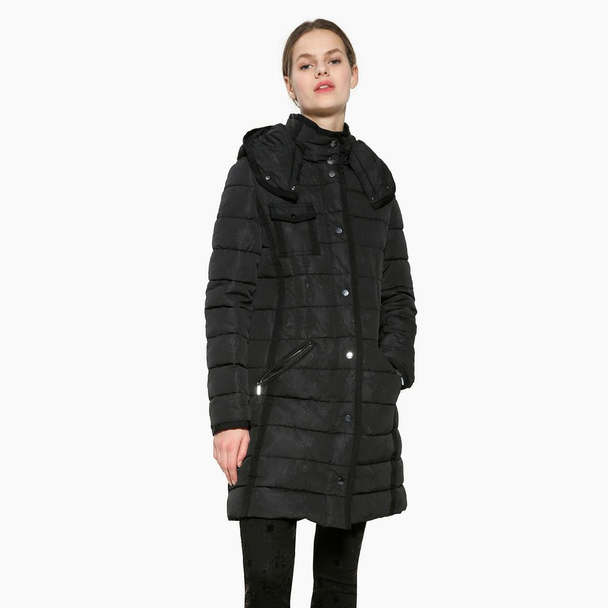 Пальто с капюшоном длинноеКуртка стеганая с капюшоном DESIGUAL в которой будет тепло в холодное время года. Пальто на молнии с однотонным рисунком. Высокий воротник. Детали •  Длина : укороченная  •  Капюшон •  Застежка на молнию •  С капюшономСостав и уход •  100% полиэстер •  Следуйте рекомендациям по уходу, указанным на этикетке изделия<br><br>Цвет: черный<br>Размер: 36 (FR) - 42 (RUS).38 (FR) - 44 (RUS)