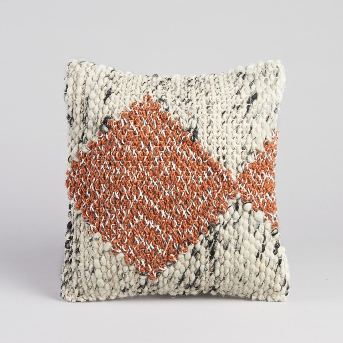 Чехол для подушки FillaПлетеный чехол для подушки, контрастный этнический рисунок. На подкладке. Застежка на молнию. Материал :- Лицевая сторона из 36% шерсти, 51% хлопка, 7% акрила, 6% полиэстера оборотная сторона из 100% хлопка. Размер :- 40 x 40 см.<br><br>Цвет: экрю/ оранжевый