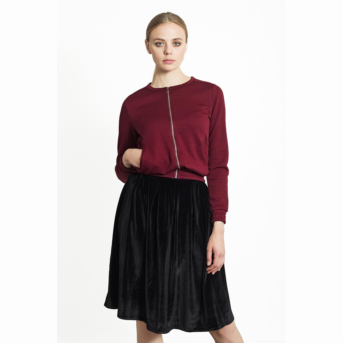 Юбка блестящая плиссированнаяБлестящая плиссированная юбка. Модная облегающая юбка до колен из красивой блестящей бархатистой ткани. Состав и описаниеМатериалы: 100% полиэстер.Марка: Migle+MeУходСледуйте рекомендациям по уходу, указанным на этикетке изделия.<br><br>Цвет: черный