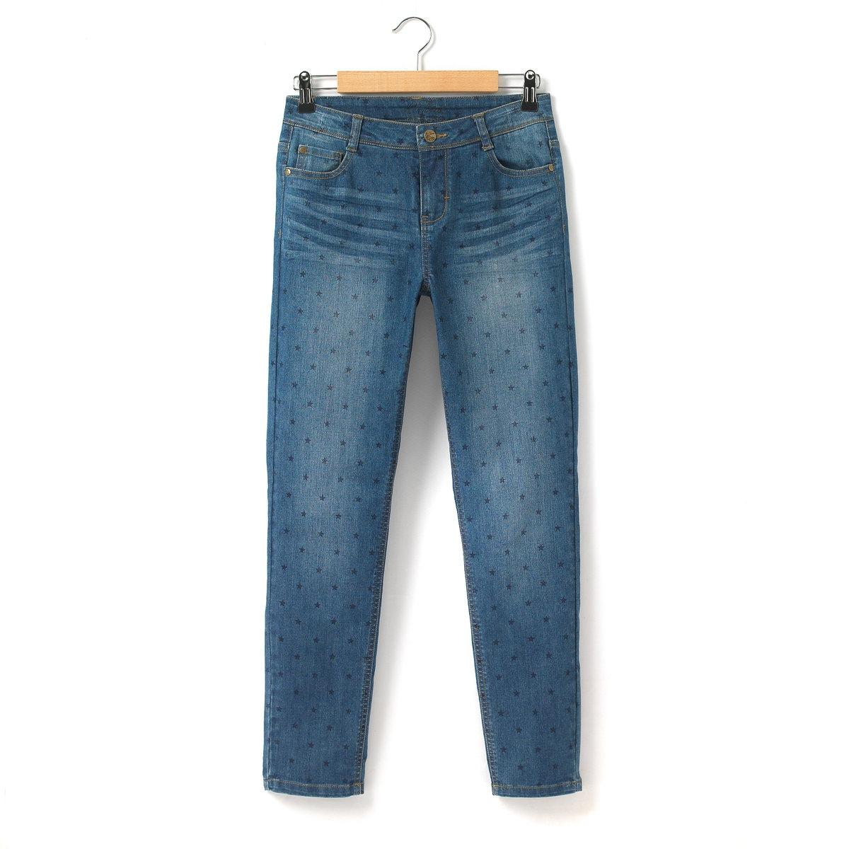 Джинсы герлфренд с рисунком звездыВ Вашем гардеробе уже есть джинсы бойфренд? Представляем новинку - джинсы герлфренд, покрой которых более выгодно подчеркивает женскую фигуру: брючины заужены, а посадка на поясе чуть выше для создания более гармоничного силуэта. Деним стретч с рисунком звезды: 70% хлопка, 20% полиэстера, 9% вискозы, 1% эластана.    Пояс со шлевками для ремня регулируется внутренней резинкой на пуговице. Застежка на молнию и болт. 3 кармана спереди (1 часовой кармашек), 2 кармана сзади.    Заложенные складки и легкий эффект потертости спереди.<br><br>Цвет: синий потертый/рисунок