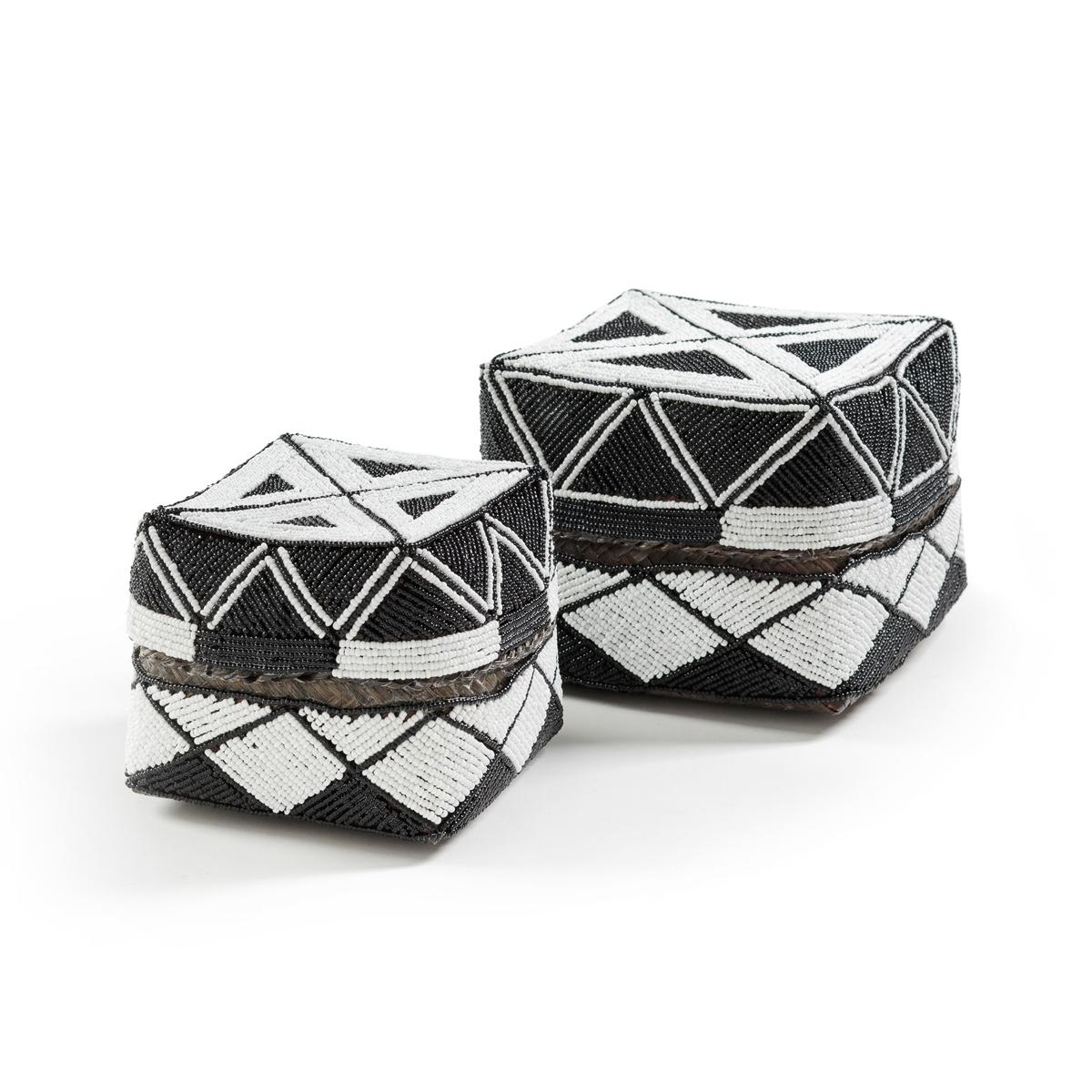 Коробка широкая для хранения. 21 см, AuxaneКоробка для хранения Auxane. Из бамбука с красивым рисунком из приклеенных бусин. Традиционно используемая для пожертвований богам во время традиционных церемоний жителей острова Бали, эта коробка изготовлена вручную в Индонезии. Каждое изделие уникально. Размеры: Ш21 x В12 x Г21 см.<br><br>Цвет: черный/ белый