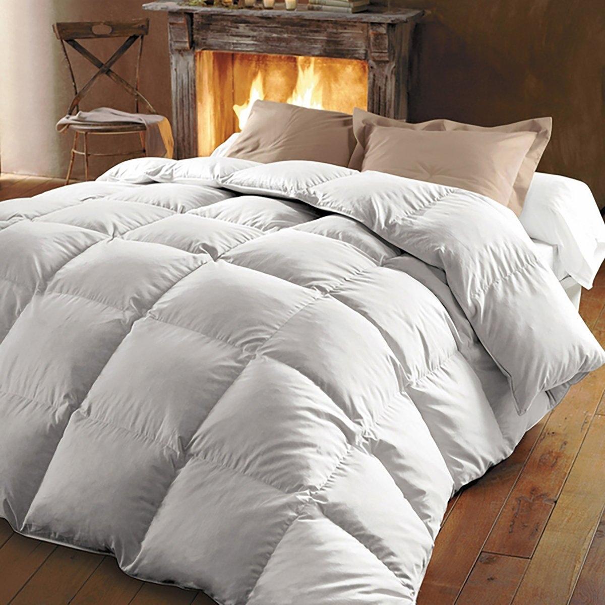 Одеяло натуральное из 100% настоящего пуха молодой уткиЭто одеяло из натуральных материалов - исключительной редкости изделие, сочетающее мягкость,объём, лёгкость и тепло.С наполнителем из 100% настоящего пуха молодой утки, отмеченного высоким качеством, одеяло создаёт естественную терморегуляцию, не вызывая излишней поливости.Качество наполнителя таково, что его достаточно небольшого количества, чтобы получить максимальное сохранение тепла. Характеристики натурального одеяла :Наполнитель из 100% настоящего пуха молодой утки.Поверхностная плотность : 180 г/м2.Чехол : перкаль 91 нитей/см2 с обработкой против клещей PRONEEM. Биоцидная обработка  .Отделка : кантом, прострочка квадратами.Стирать при 60°C..Доставка в чемоданчике для хранения.<br><br>Цвет: белый