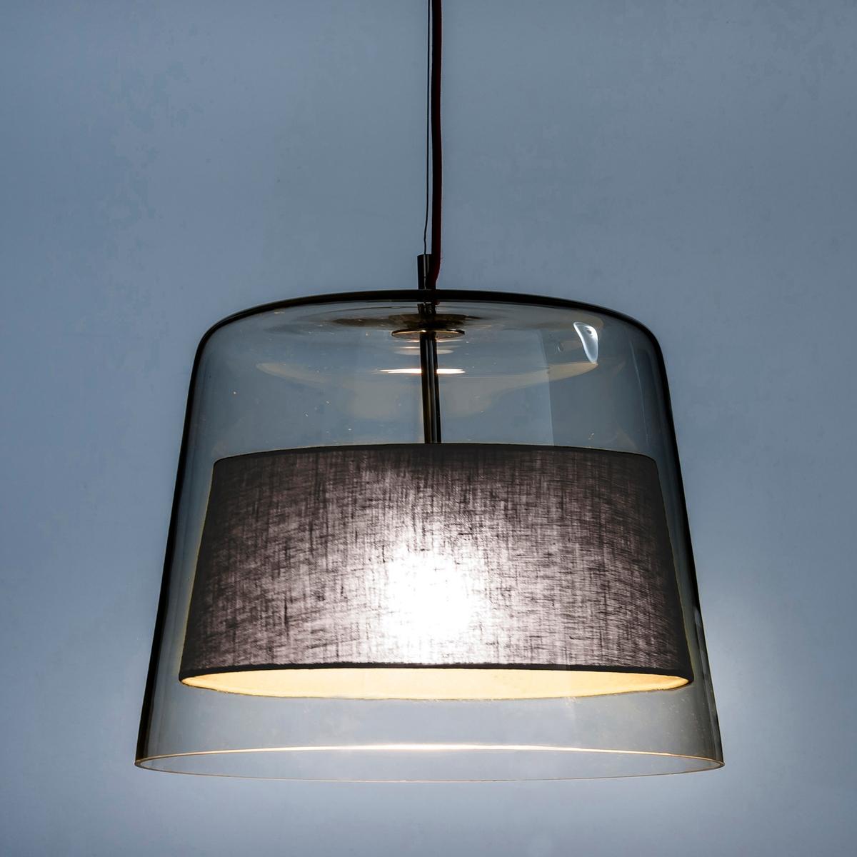 Светильник Duo дизайн Э. ГаллиныСветильник Duo . Созданный дизайнером Эммануэлем Галлина, эксклюзивно для AM.PM, светильник из прозрачного стекла с абажуром из ткани, элегантно скрывающим лампочку .Дизайнер - Эммануэль Галлина. Элегантность, очевидность и простота - это его ключевые понятия. Для него важны детали, чтобы запечатлеть каждое мгновение в линиях, форме и функциональности  .Характеристики : - Из прозрачного стекла- Абажур из ткани- Цоколь из хромированного металла .- Электрический шнур с покрытием из красной ткани .- Патрон E27.Размеры :- ? низа 40, ? верха 30 x Выс47,5 см .<br><br>Цвет: белый,серо-бежевый,серый