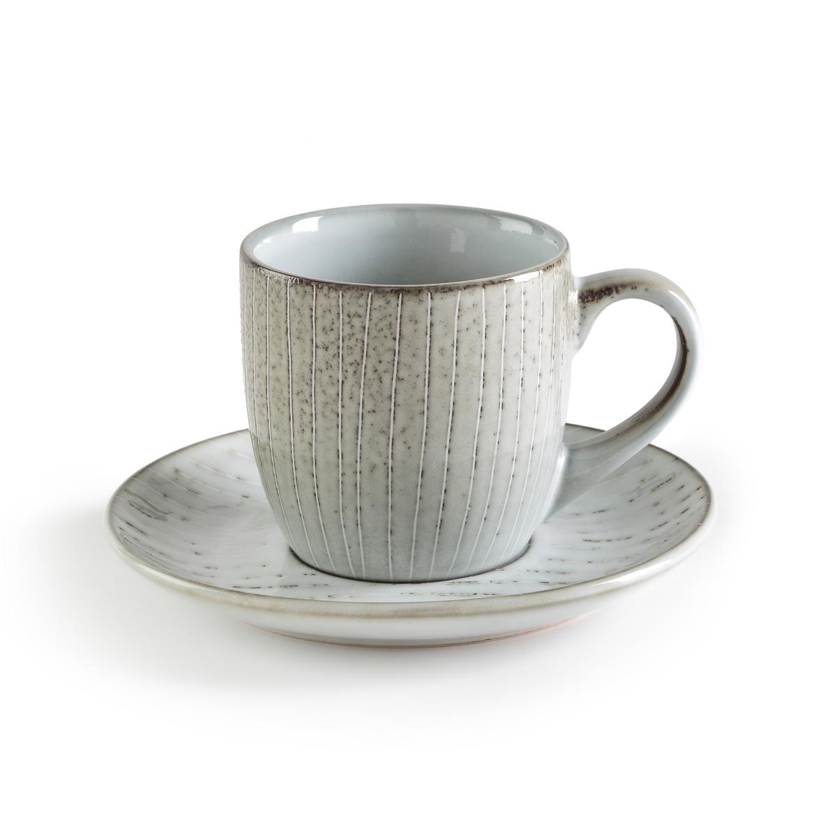 Комплект из 4 чашек и блюдец, Amedras4 кофейные чашки и блюдца Amedras. Эти чашки в северном стиле с рисунком синего цвета в виде изящных полосок изготовлены вручную, возможны небольшие различия в тоне цвета. Характеристики:- Из керамики, покрытой глазурью. - Можно использовать в микроволновой печи и мыть в посудомоечной машине. - Мелкие и десертные тарелки, чайник и чашки того же комплекта представлены на нашем сайте.      Размеры: - чашка: ?11 x В8 см- блюдце: ?15 x В2 см<br><br>Цвет: серо-синий