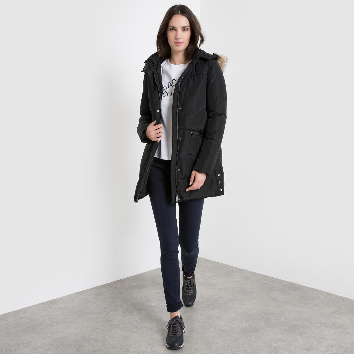 Куртка стёганая средней длины с капюшоном из искусственного меха