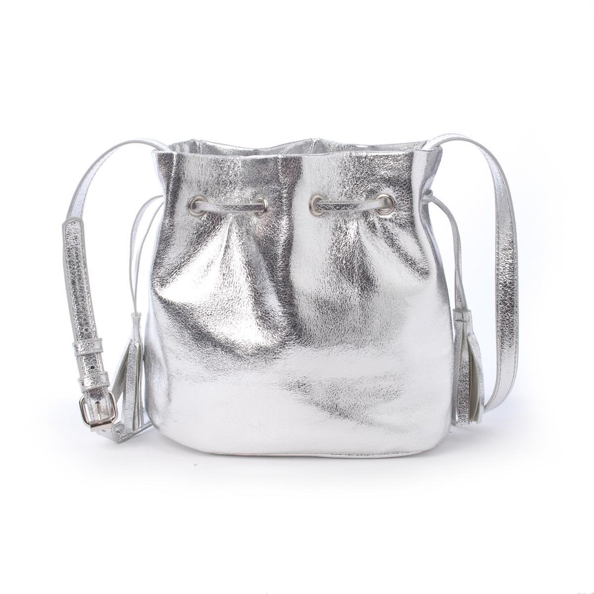Сумка-торба металлизированнаяМаленькая сумка-торба с металлизированным волокном R Edition. Маленькая сумка-торба с модным штрихом в виде металлизированного волокна для выхода в свет ! Состав и описание :Материал : верх из полиуретана                  Подкладка из полиэстера.Марка : R Edition.Размеры : Д.20 x В.20 x Г.11 см.Застежка : шнурок на кулиске.2 кармана для мобильного телефона.Регулируемый плечевой ремень<br><br>Цвет: розовый металлик,серый металлик<br>Размер: единый размер.единый размер
