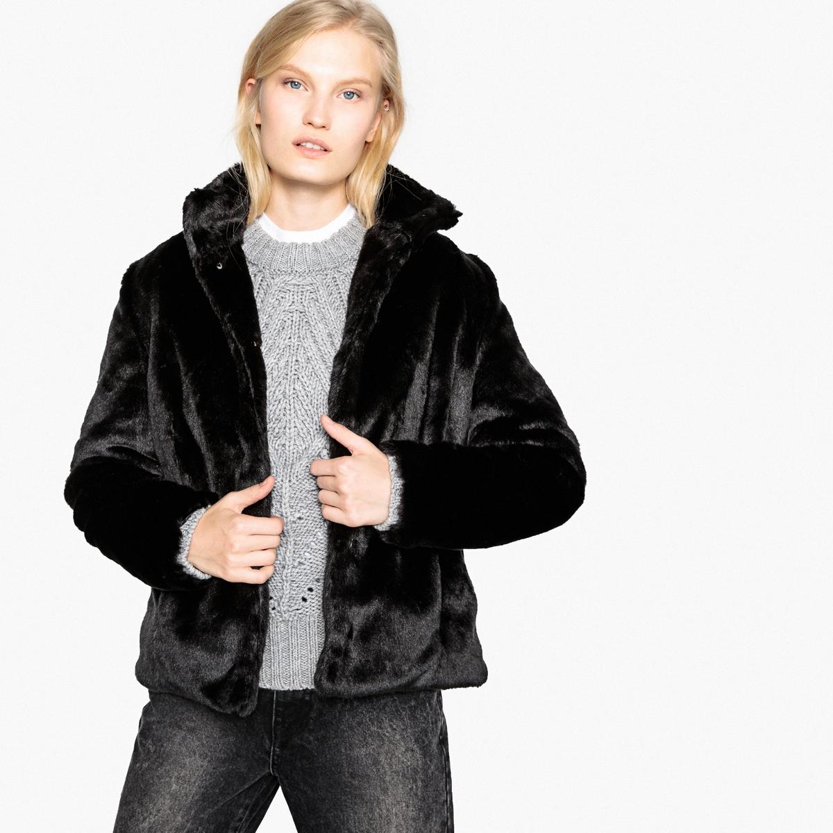 Abrigo corto con cierre de corchete de pelo sintético