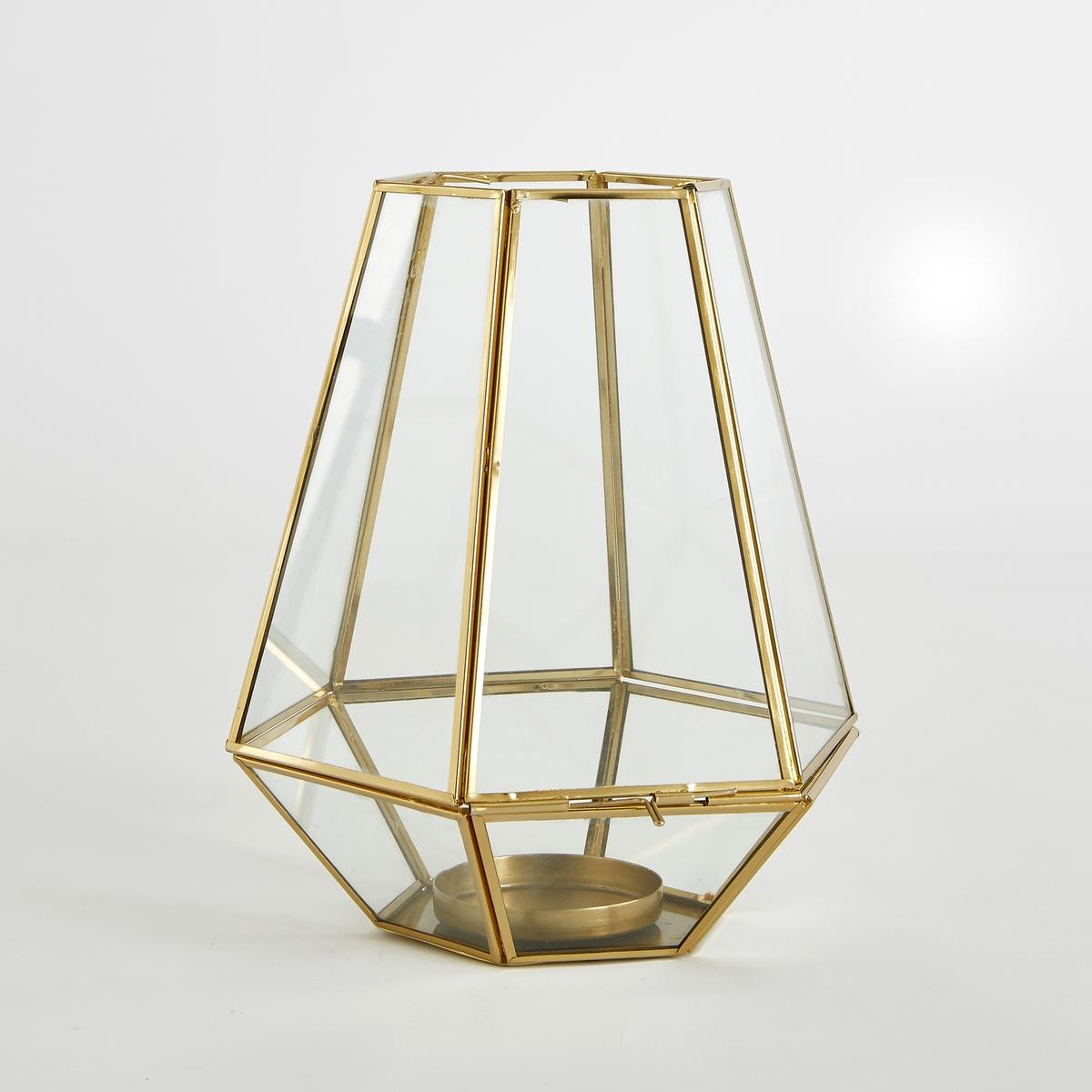 Подсвечник из стекла и металла MiludiХарактеристики подсвечника Miludi :Шестигранная форма со стеклами трапециевидной формы, из стекла и металла.Боковое отверстие для свечи.Металл с латунным эпоксидным покрытием.Держатель для свечи макс.6 см (в комплект не входит).Размеры подсвечника Miludi :- Основание : 22 x 22 смВысота : 26 см<br><br>Цвет: латунь<br>Размер: единый размер