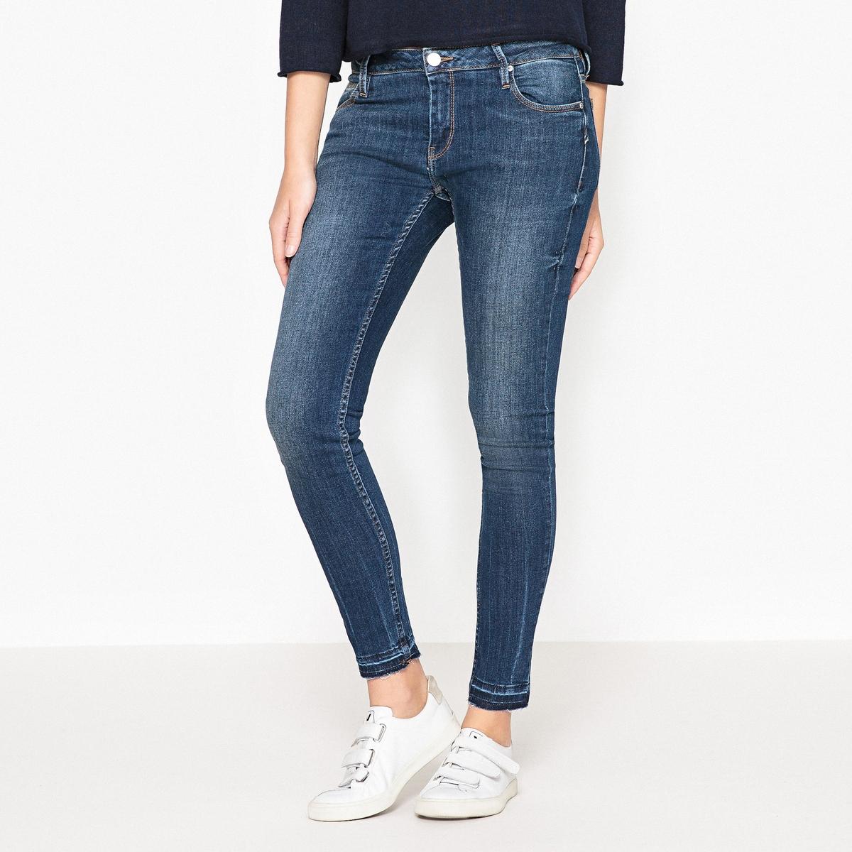 Джинсы-скинни с бахромой LILY DENIMУкороченные джинсы-скинни REIKO - модель LILY DENIM с бахромой снизу, без отделки.Детали •  Покрой скинни •  Стандартная высота поясаСостав и уход •  98% хлопка, 2% эластана •  Следуйте советам по уходу, указанным на этикетке •  Длина по внутреннему шву : 72 см<br><br>Цвет: синий деним