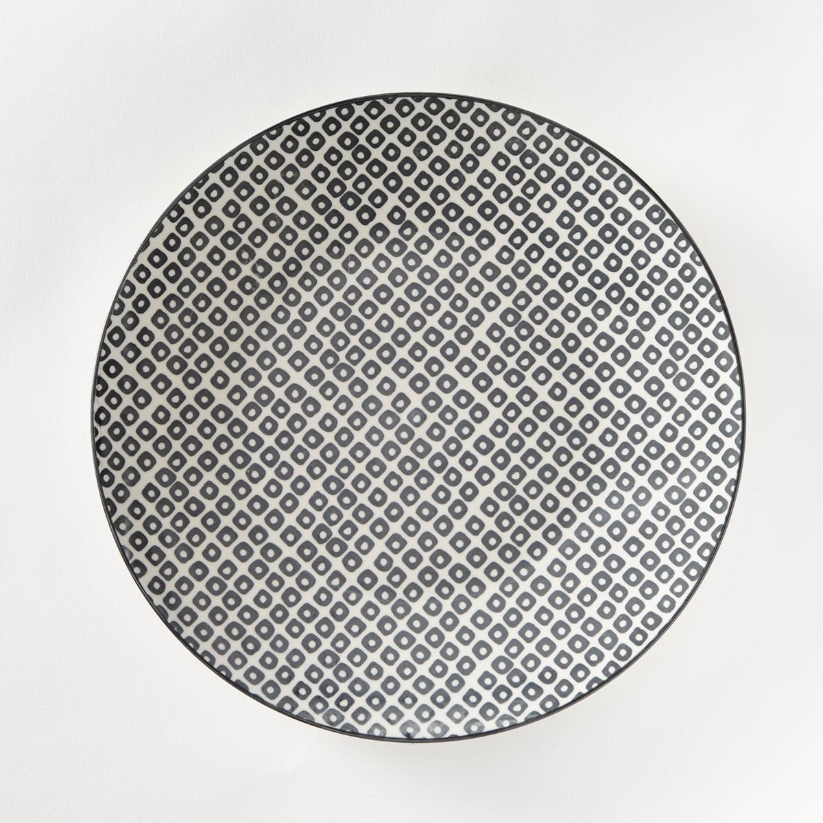 Комплект из 4 мелких тарелок из фарфора AkivaХарактеристики 4 мелких тарелок с геометрическим микрорисунком в скандинавском стиле Akiva   :- Геометрический микрорисунок в скандинавском стиле, в стиле ретро.- Контрастная окантовка по контуру .- Из фарфора, окрашенного вручную  .- Диаметр 26,6 см  .- Можно использовать в посудомоечных машинах и микроволновых печах.Десертные тарелки, миски и кружки Akiva продаются на сайте laredoute.ru<br><br>Цвет: кремовый/черный,экрю/розовый