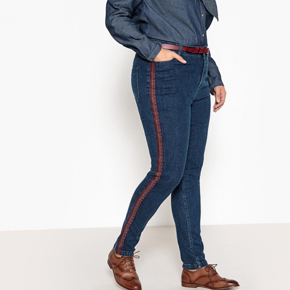 Jeans slim, bordados dos lados nas perneiras