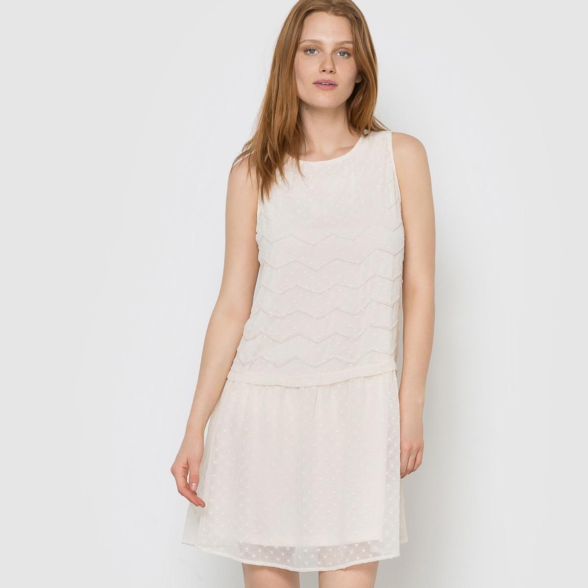 Платье прямое VIKELSAYПлатье прямое VIKELSAY от VILA . V-образный вырез сзади. Вставки из бисера и вышивки с гладью .Состав и описание     Материал: 100% полиэстера.     Марка: VILA<br><br>Цвет: розово-бежевый