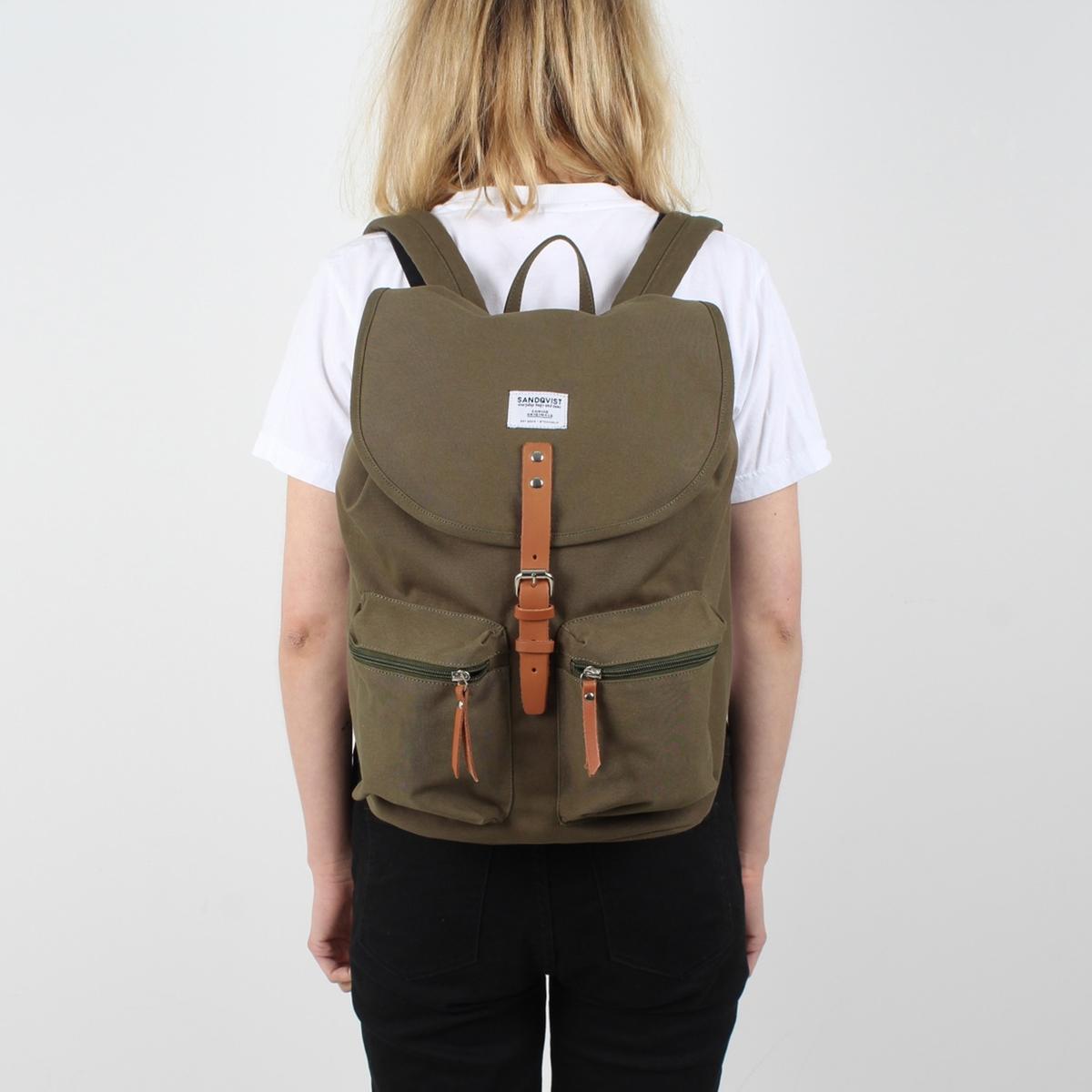 Рюкзак разноцветный ROALDОписание:Рюкзак разноцветный SANDQVIST - модель ROALD  : рюкзак с рючкой для переноски в руке, с 2 регулируемыми лямками и 2 небольшими карманами спереди .Детали •  Завязки •  Кожаный ремешок с металлической пряжкой  •  Внутренний карман на молнии •  Два небольших кармана на молнии снаружи  •  Внутренний карман для планшета (26 x 29 x 2 см) •  Внутренний карман для планшета 15 дюймов (подходит для большинства планшетов 15 дюймов) •  Размеры : 28 x 36 x 17 см •  Вместимость 17лСостав и уход •  Биохлопок и полиэстер вторичной переработки  •  65% биохлопка, 35% полиэстера вторичной переработки  •  Вставки из кожи высокого качества •  Подкладка 100% полиэстер вторичной переработки   •  Следуйте инструкции по уходу, указанной на этикетке.<br><br>Цвет: хаки