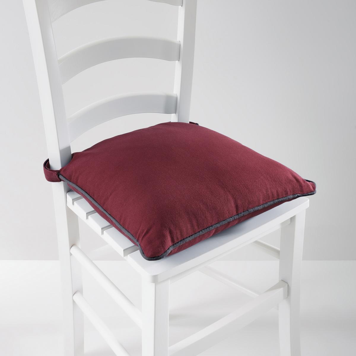 Подушка для стула, BRIDGYМягкая, удобная подушка для стула существует в 5 модных расцветках с контрастным кантом. Сочетается с другими чехлами этой коллекции для мебели: кресел, диванов, стульев и для декоративных подушек, которые украсят Ваш интерьер! Коллекция предметов декора Valeur S?re - качественные изделия с красивой отделкой. Существует 5 однотонных расцветок и 1 принт в полоску (не для всех моделей). Все чехлы для мебели: кресел, диванов, стульев и для декоративных подушек (продаются отдельно на нашем сайте) отлично сочетаются. Состав, описание и уход: - 100% хлопок, отделка контрастным кантом. - Наполнитель: 100% полиэстера. - Съемный чехол. - Стирать при 40°C.- Застежка текстильная (липучка). - Размеры: 40 x 40 см, толщина: 4 см.Сертификат Oeko-Tex® дает гарантию того, что товары изготовлены без применения химических средств и не представляют опасности для здоровья человека.<br><br>Цвет: индиго/серый жемчужный<br>Размер: единый размер