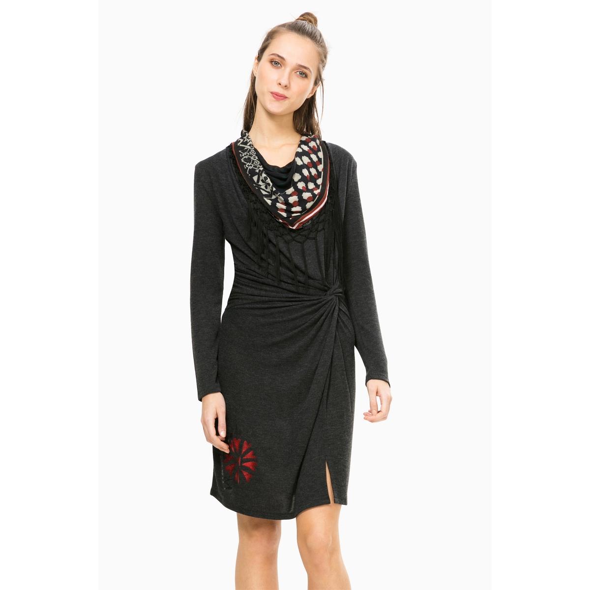 Платье прямое с разрезом, Vest ShelbyПлатье с длинными рукавами Vest Shelby от DESIGUAL. Прямой покрой с разрезом внизу драпировкой спереди и завязками сбоку. Объемный вырез с оригинальным мотивом-принтом . Состав и описаниеМарка : DESIGUALМодель : Vest ShelbyМатериал : 80% вискозы, 20% полиэстера<br><br>Цвет: черный
