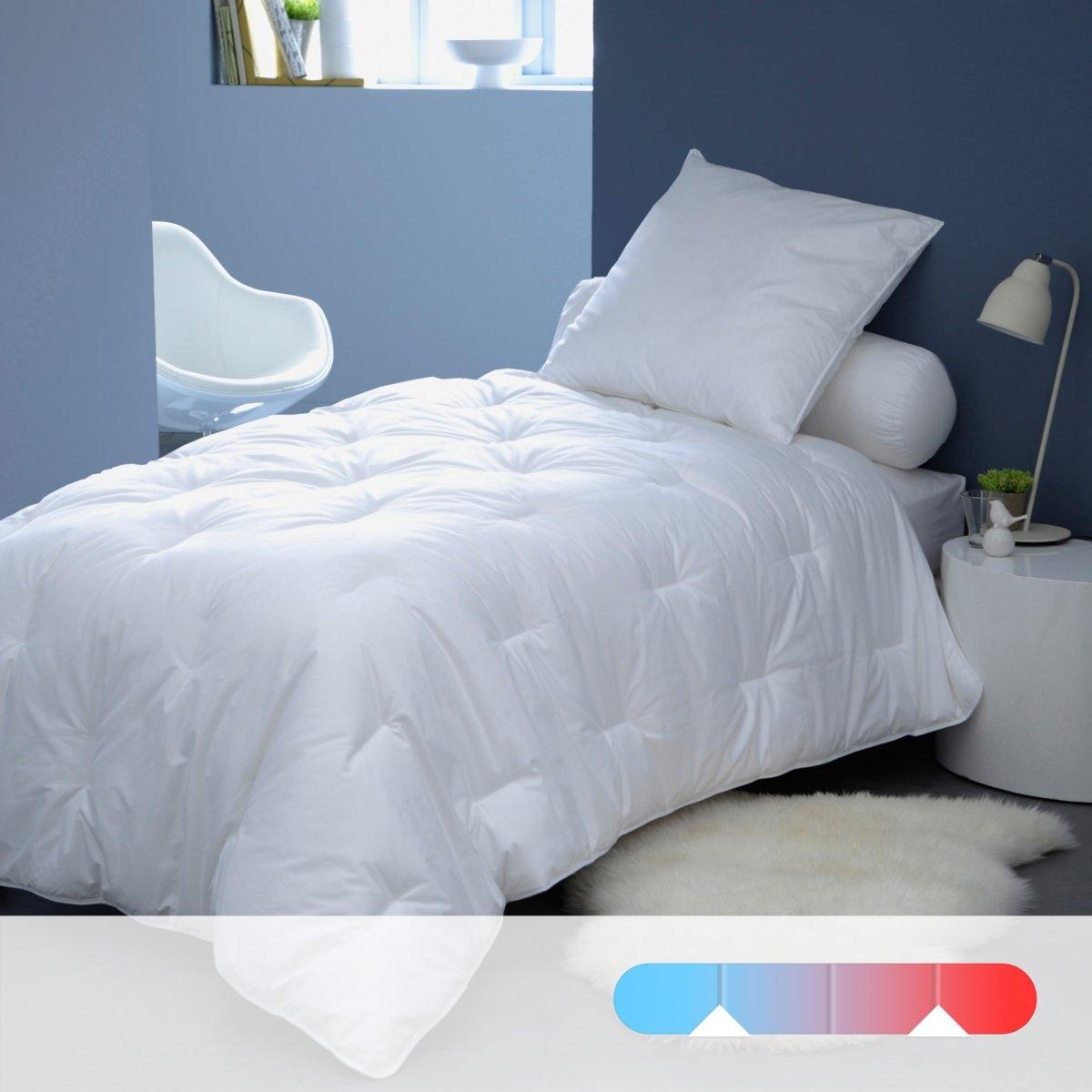 Двойное синтетическое одеяло LESTRAРегулируемое тепло и суперлегкость двойного одеяла на любое время года QUALLOFIL-AIR. Одно одеяло плотностью 175 г/м? для лета, другое одеяло 300 г/м? для межсезонья, оба одеяла соединяются завязками для зимы. Качество VALEUR S?RE эксклюзивного наполнителя: полые силиконизированные очень тонкие, ультрамягкие, суперлегкие волокна, 100% полиэстера, которые обеспечивают циркуляцию воздуха. Чехол: перкаль, 100% хлопка. Простежка черточками. Стирка при 40°. Машинная сушка возможна при умеренной температуре.<br><br>Цвет: белый