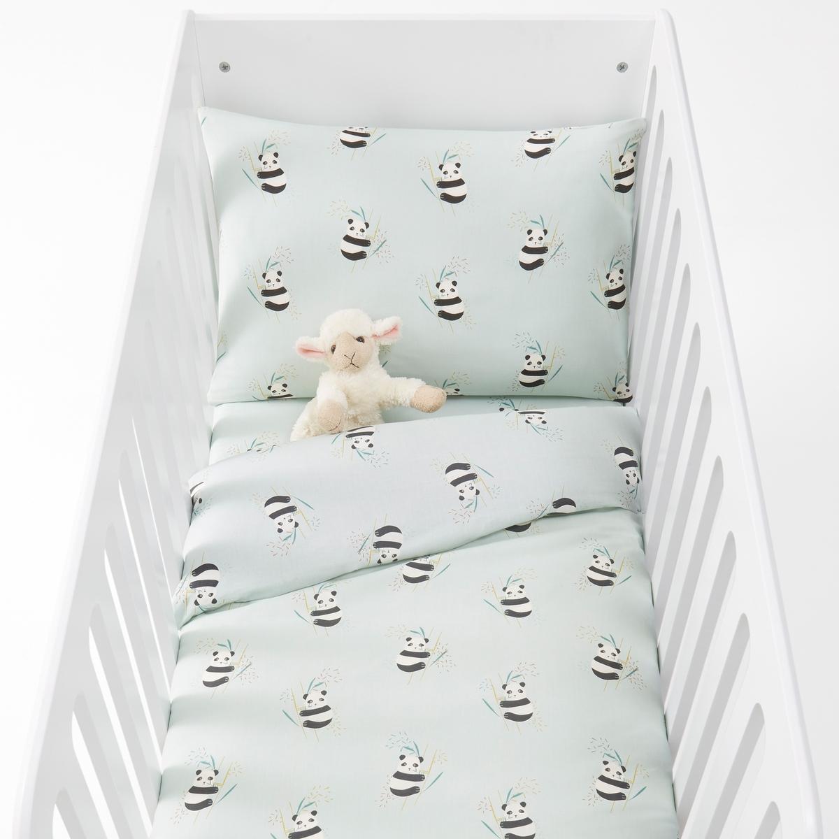 Комплект постельного белья для детской кроватки с рисунком панды VICTORХарактеристики постельного белья для детской кроватки с рисунком панды Victor  :Сплошной рисунок панды на лицевой и оборотной стороне100% хлопка, 57 нитей/см2Чем больше нитей/см2, тем выше качество ткани.Машинная стирка при 60 °СПододеяльник с клапаном внизуРазмеры постельного белья для детской кроватки с рисунком панды Victor  :Наволочка 40 x 60 смПододеяльник 80 x 120 смЗнак Oeko-Tex® гарантирует, что товары прошли проверку и были изготовлены без применения вредных для здоровья человека веществ.<br><br>Цвет: рисунок/зеленый<br>Размер: 80 x 120  см