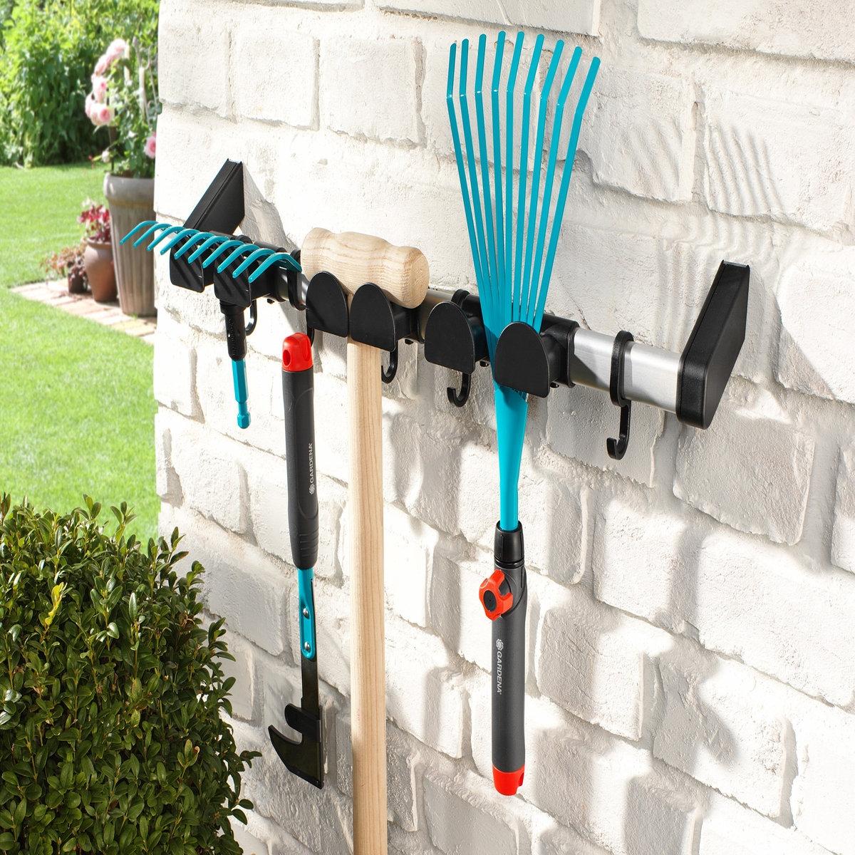 Держатель для садовых инструментов UertaХарактеристики держателя для садовых инструментов Uerta:Планка с крючками (6 шт.) из алюминия для крепления к стене.Регулируемые бортики из пластика.Для 3 инструментов с ручкой. Найдите все товары для сада на сайте laredoute.ru.Размеры держателя для садовых инструментов Uerta:Д57 x В11 x Ш10 см 0,270 кг.<br><br>Цвет: черный