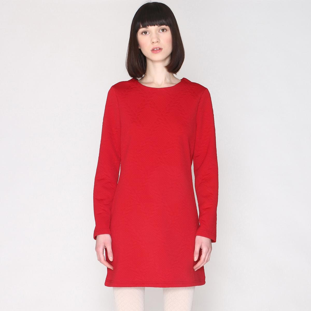 Платье прямое в стиле свитшота с длинными рукавамиПрямое платье с длинными рукавами, в стиле свитшота, Pepaloves.Да здравствует эта великолепная испанская марка, соблюдающая этические нормы, обеспечивающая достойные условия труда и заботящаяся о животных, которая создала жизнерадостную, женственную, новаторскую и модную коллекцию!Что подтверждает это прямое платье под длинный свитшот с рельефным узором, современное и удобное ! Состав и описаниеМатериал :  100% полиэстера.Марка : PepalovesЗастежка : на молнию сзади<br><br>Цвет: красный<br>Размер: M