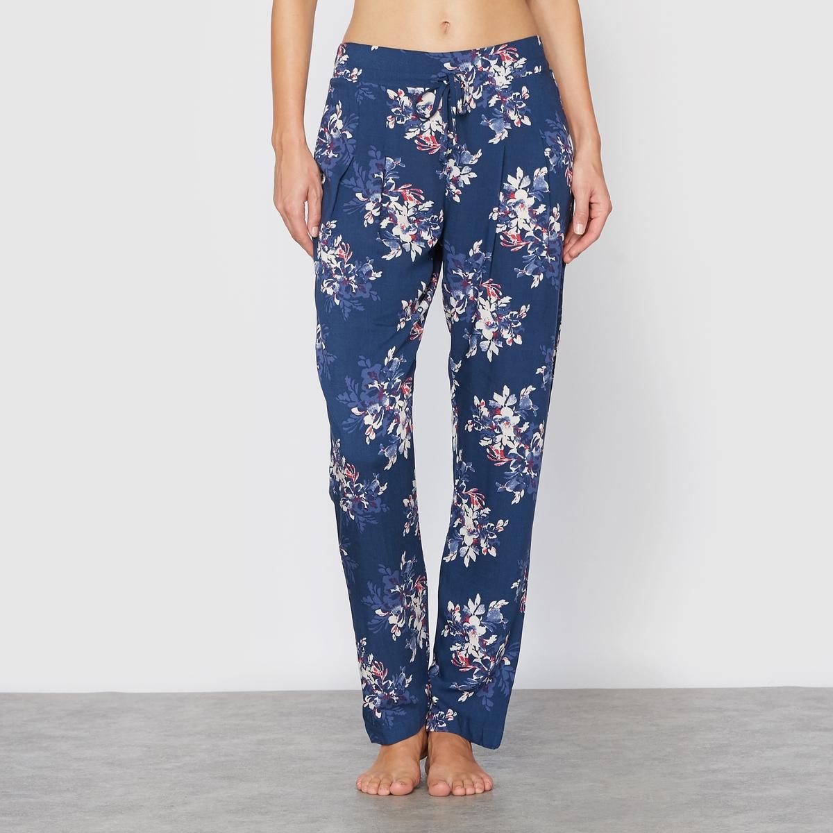 Брюки пижамные Hanami LoveБрюки пижамные Hanami Love от Skiny. Брюки прямого покроя с цветочным принтом и завязками в кулиске на поясе. Несколько защипов спереди, придающих симпатичный вид ниспадающей на ногу ткани. Состав и детали :Основной материал : 100% вискозаМарка : SKINYУходМашинная стирка при 30°Стирать вместе с одеждой подобных цветов<br><br>Цвет: синий/цветы