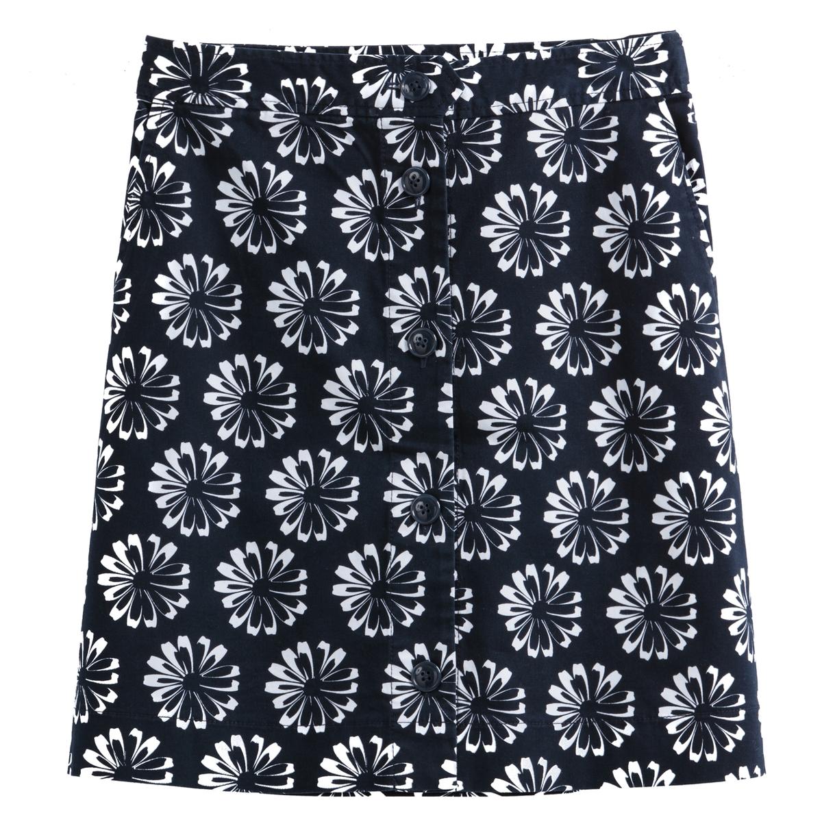 Falda corta trapezoidal, con estampado de margaritas
