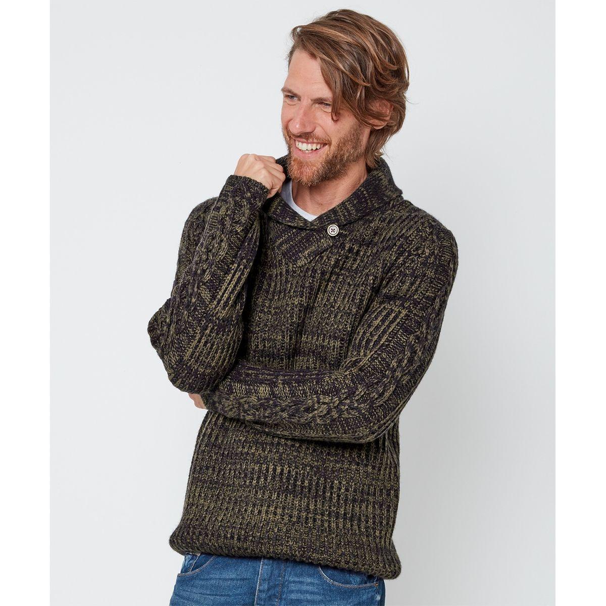 Pull simple tricoté avec un col châle