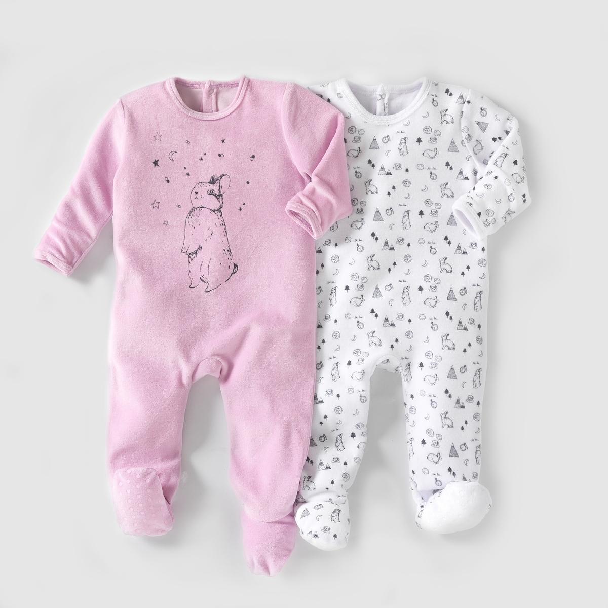 2 пижамы из велюра,  0 месяцев - 3 годаКомплект из 2 велюровых пижам. В комплект входят: 1 пижама с рисунком кролик + 1 однотонная пижама с рисунком кролик спереди. Клапан на кнопках и застежка на кнопки сзади. Нескользящая подошва начиная с размера 74 см (12 месяцев), эластичные вставки сзади для лучшей поддержки. Состав и описаниеМатериал: 75% хлопка, 25% полиэстера.Марка:    R mini УходСтирать и гладить с изнанки.Машинная стирка при 30°С в умеренном режиме с вещами подобных цветов.Машинная сушка в умеренном режиме.Гладить на средней температуре.<br><br>Цвет: белый + фиолетовый