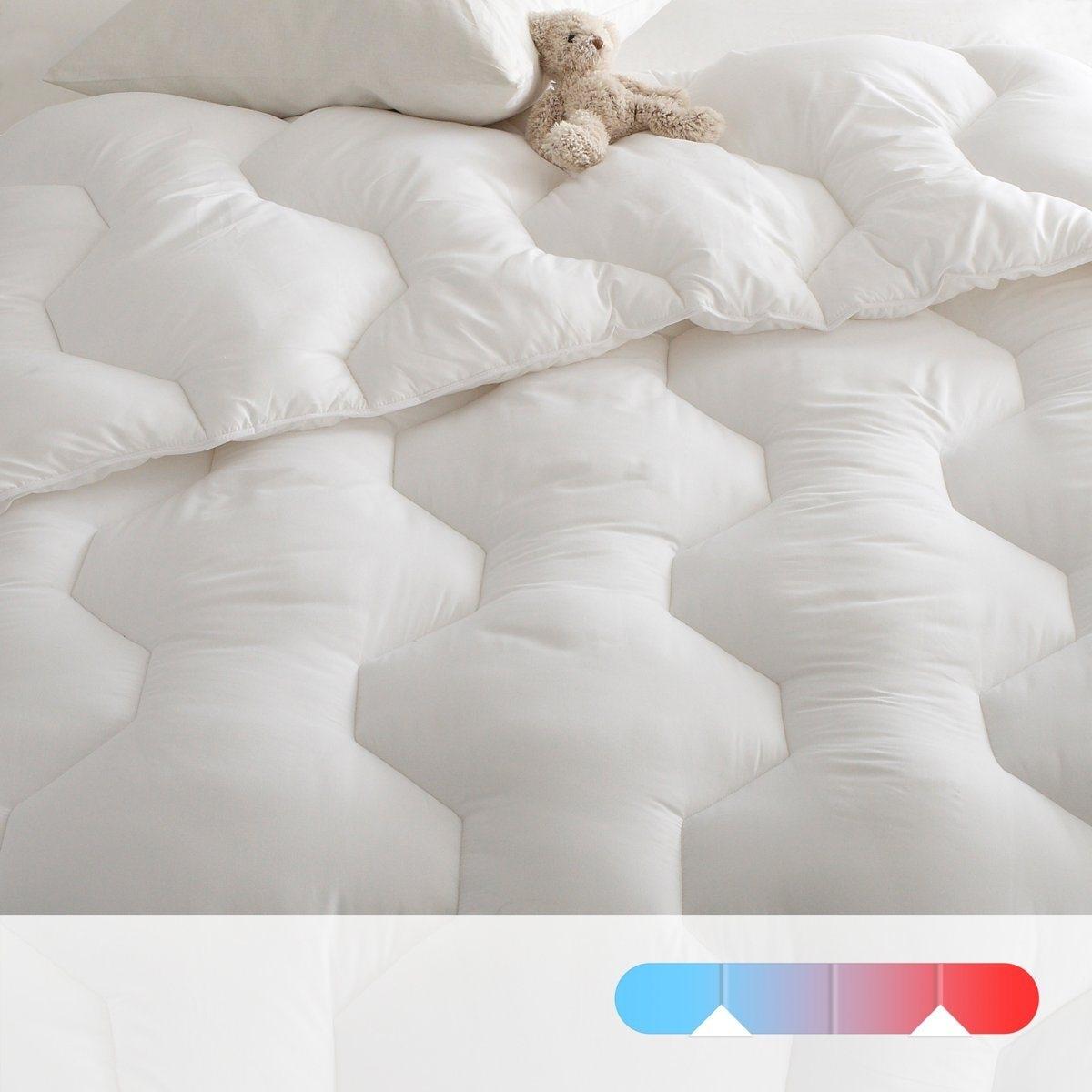 Одеяло4 сезона: двойное одеяло. Одеяло 175 г/м2 для лета и одеяло 300 г/м2 для межсезонья соединяются завязками и образуют зимнее одеяло. Практично: стирка при 95° для идеальной гигиены. Наполнитель: полые силиконизированные волокна полиэстера. Простежка шестиу<br><br>Цвет: белый